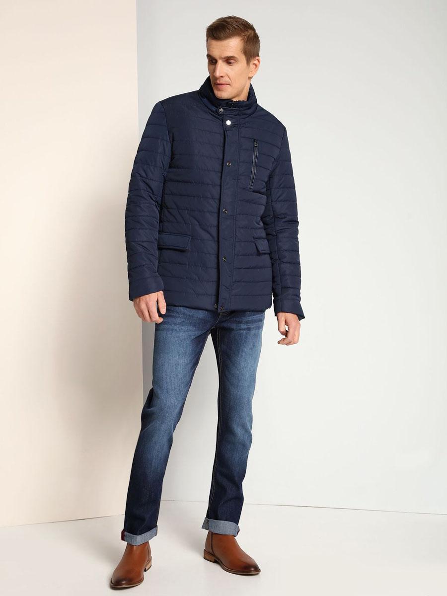Куртка мужская Top Secret, цвет: темно-синий. SKU0726GR. Размер L (50)SKU0726GRМужская куртка Top Secret выполнена из 100% полиэстера. В качестве подкладки используется полиэстер. Модель с воротником-стойкой и длинными рукавами застегивается на застежку-молнию и имеет ветрозащитную планку на кнопках. Спереди расположено три прорезных кармана, два из которых с клапанами на кнопках, а один на застежке-молнии. с внутренней стороны изделие дополнено прорезным карманом.