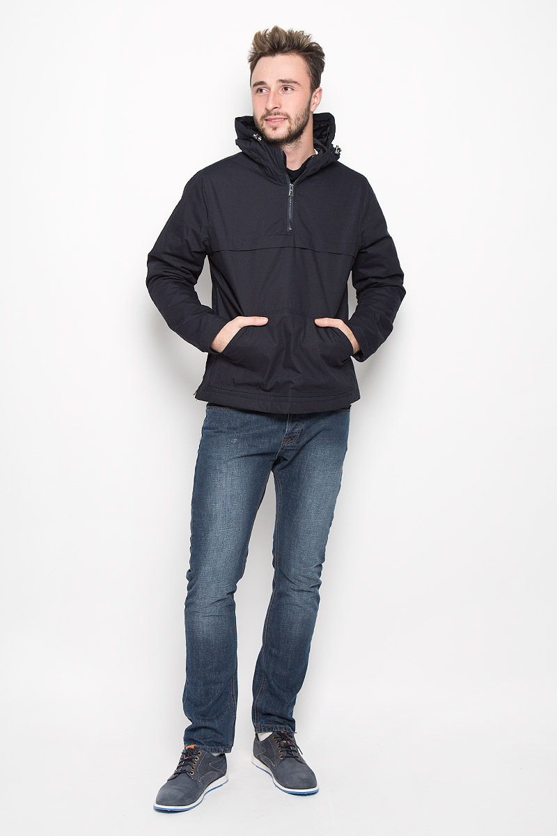 Куртка-анорак мужская Broadway Ontario, цвет: темно-синий. 20100317. Размер XL (52)20100317_526Мужская куртка-анорак Broadway Ontario выполнена из полиэстера и хлопка. Подкладка изготовлена из гладкого материала. В качестве утеплителя используется полиэстер. Модель с капюшоном застегивается на небольшую молнию сбоку. Для комфорта и удобства куртка имеет на груди застежку-молнию. Капюшон дополнен по краю затягивающимся эластичным шнурком со стопперами. Спереди расположен большой карман-кенгуру.