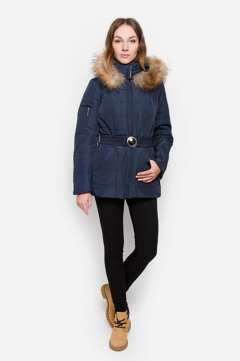 Куртка женская Finn Flare, цвет: темно-синий. W16-11000_101. Размер M (46)W16-11000_101Женская куртка Finn Flare выполнена из полиэстера. Модель с воротником-стойкой и съемным капюшоном застегивается на молнию с ветрозащитной планкой. Капюшон, декорированный съемной опушкой из натурального меха, пристегивается к куртке с помощью кнопок. Изделие имеет приталенный силуэт, дополнительно подчеркнутый эластичным поясом с металлической застежкой. В нижней части куртки расположены два втачных кармана на кнопках, на рукаве имеется небольшой прорезной карман на молнии. Куртка украшена фирменной металлической пластиной.
