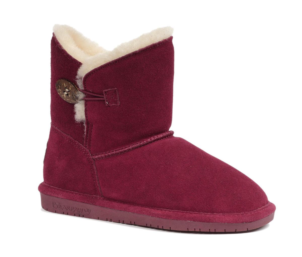 Угги женские Bearpaw Rosie, цвет: бордовый. 1653W. Размер 10 (40)1653WМодные угги Bearpaw Rosie не позволят вашим ногам замерзнуть. Обувь выполнена изнатуральной замши и оформлена крупными декоративными швами, на заднике - текстильнойнашивкой с названием и логотипом бренда. Верх изделия дополнен шерстяной оторочкой. Изюминка модели - пуговица, которая застегивается на эластичную петельку. Подкладка и стелька, выполненные из натуральной овечьей шерсти, подарят вашим ногам комфорт и уют. Подошва с рифлением в виде фирменного рисунка обеспечивает отличное сцепление на скользкой поверхности. Стильныеугги займут достойное место среди вашей коллекции обуви. В них вашим ногам будеткомфортно и уютно.