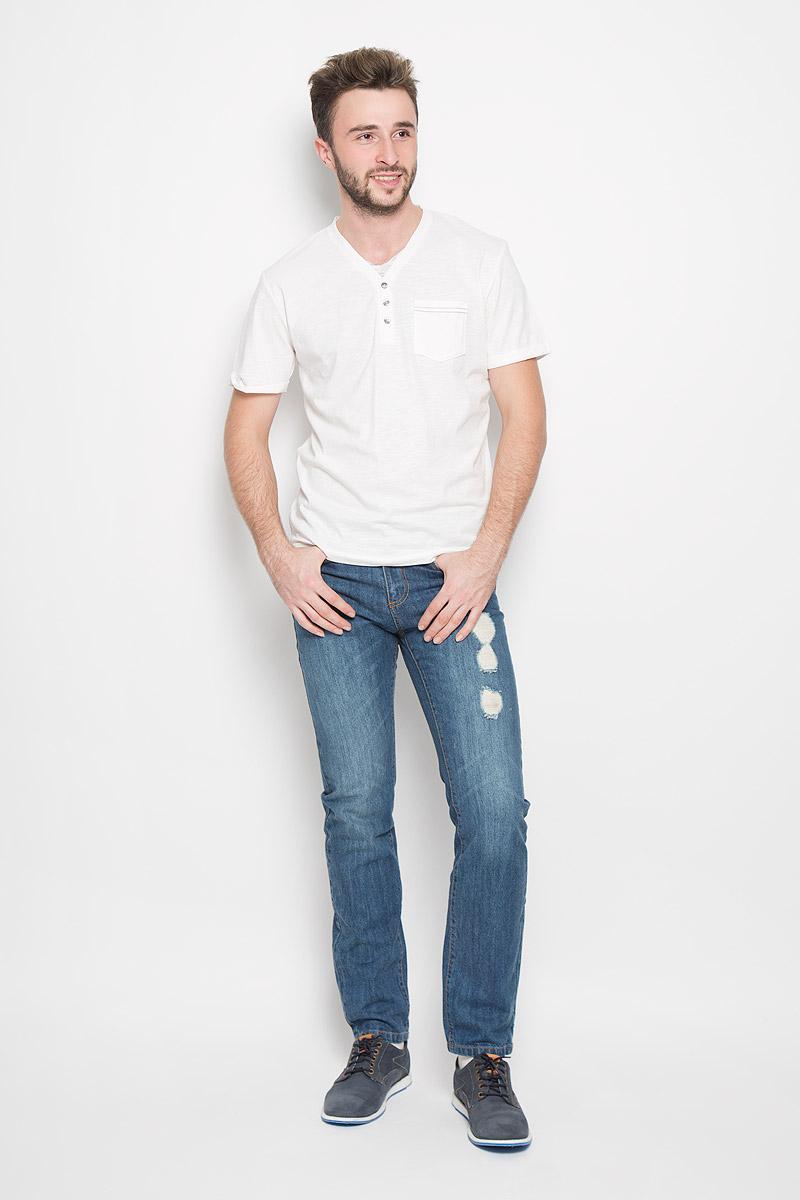 Футболка мужская Tom Tailor, цвет: молочный. 1034606.00.10_8005. Размер M (48)1034606.00.10_8005Стильная мужская футболка Tom Tailor выполнена из натурального хлопка. Материал очень мягкий и приятный на ощупь, обладает высокой воздухопроницаемостью и гигроскопичностью, позволяет коже дышать. Модель прямого кроя с V-образным вырезом горловины и короткими рукавами дополнена на груди накладным кармашком и декоративными пуговицами. Рукава оформлены пристроченными отворотами. Снизу модель оформлена брендовой нашивкой.