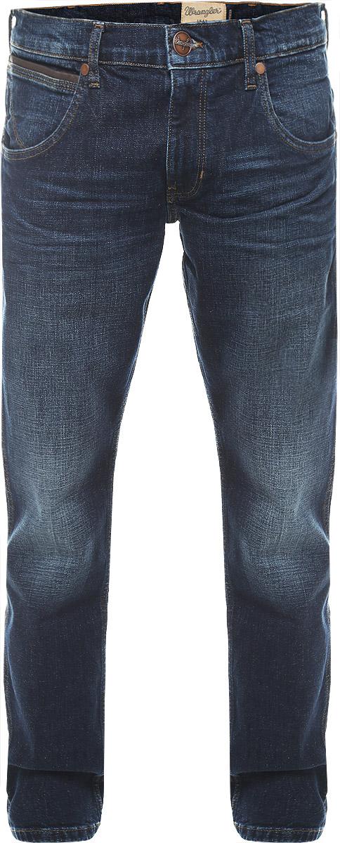 Джинсы мужские Wrangler Spencer, цвет: темно-синий. W184BS77A. Размер 31-32 (46/48-32)W184BS77AМужские джинсы Wrangler Spencer выполнены из высококачественного эластичного хлопка. Джинсы-слим заниженной посадки застегиваются на пуговицу в поясе и ширинку на застежке-молнии, дополнены шлевками для ремня. Джинсы имеют классический пятикарманный крой: спереди модель дополнена двумя втачными карманами и одним маленьким накладным кармашком, а сзади - двумя накладными карманами. Джинсы украшены декоративными потертостями, перманентными складками и контрастной отстрочкой.