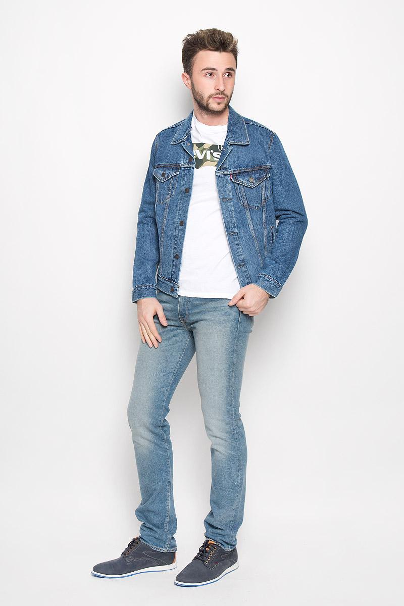 Куртка джинсовая мужская Levis®, цвет: синий джинс. 7233401300. Размер M (46)7233401300Мужская джинсовая куртка Levis® изготовлена из натурального хлопка. Материал изделия приятный на ощупь, не стесняет движений и позволяет коже дышать, обеспечивая комфорт.Модель с отложным воротником и длинными рукавами застегивается на металлические пуговицы. На груди куртка дополнена двумя накладными карманами с клапанами на пуговицах. Также спереди расположены два открытых прорезных кармана. Низ рукавов дополнен манжетами на пуговицах. Изделие оформлено эффектом состаривания денима и контрастной отстрочкой.