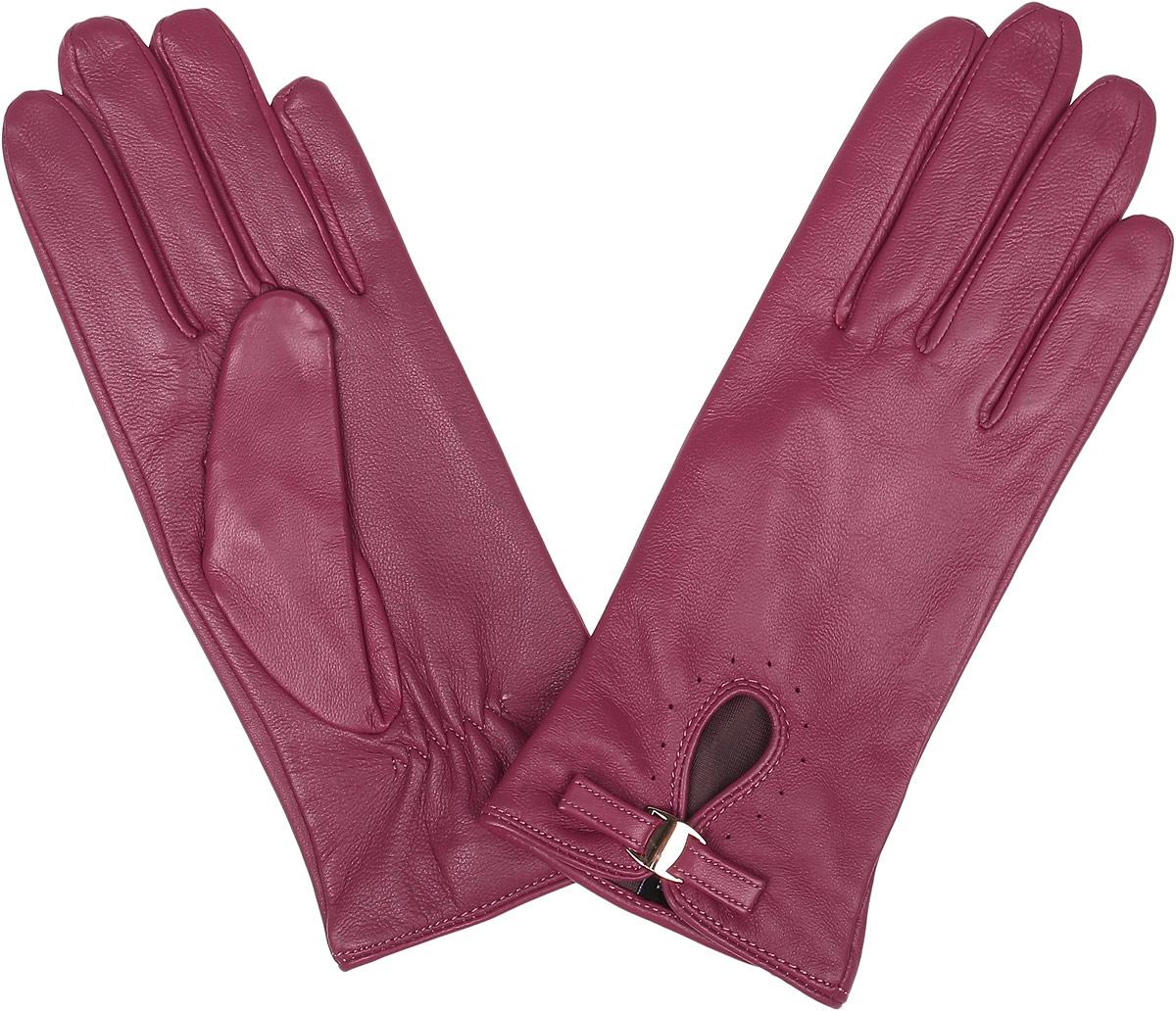 Перчатки женские Fabretti, цвет: фуксия. 12.23-24s. Размер 6,512.23-24s berryСтильные женские перчатки Fabretti не только защитят ваши руки, но и станут великолепным украшением. Перчатки выполнены из натуральной кожи ягненка, а их подкладка - из высококачественного шелка.Модель дополнена небольшой прорезью, оформленной металлической пластиной и кожаным хлястиком. Строчки-стежки на запястье придают перчаткам динамичное настроение. Стильный аксессуар для повседневного образа.