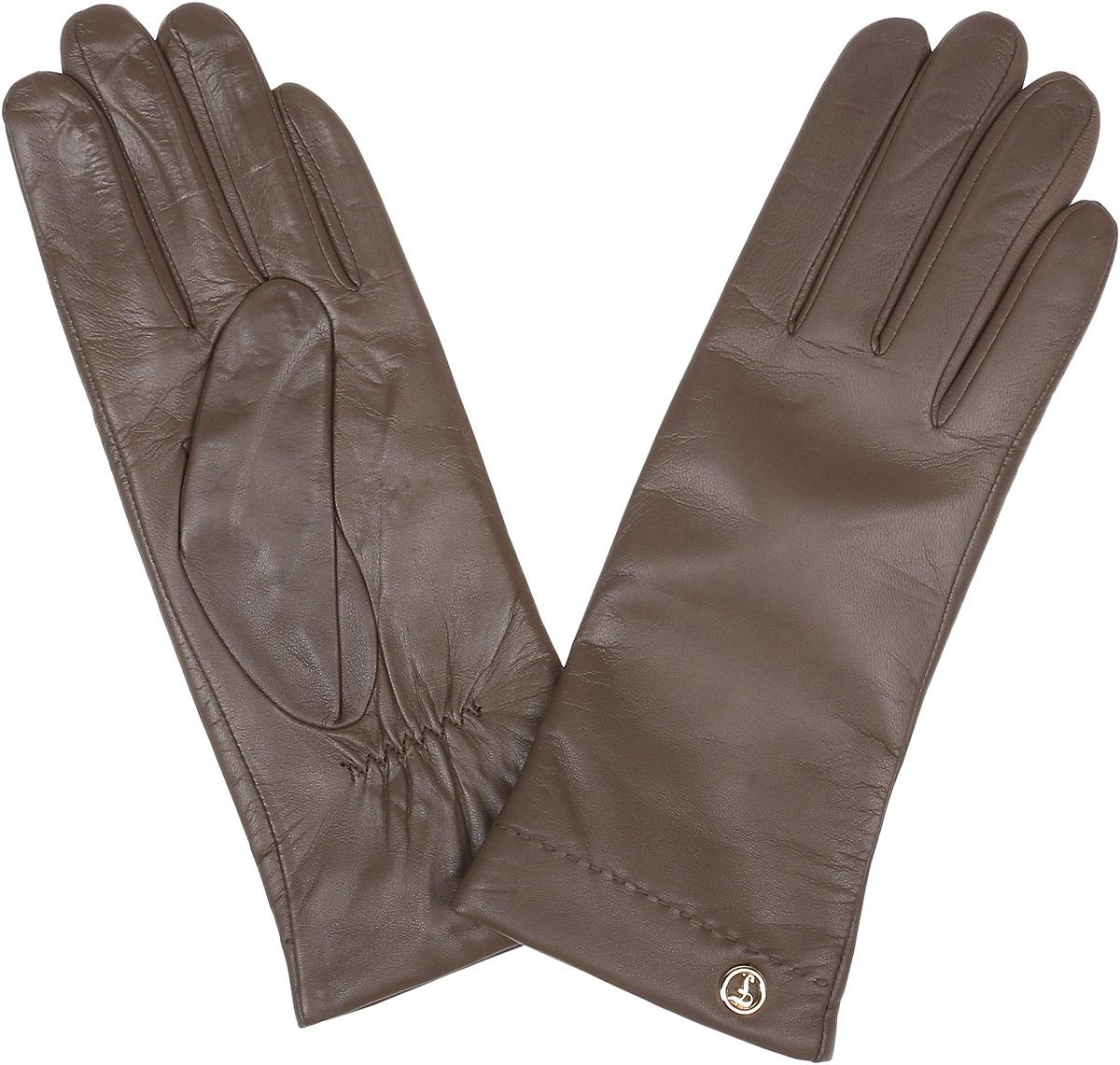 Перчатки женские Fabretti, цвет: какао. 12.9-10. Размер 6,512.9-10_taupeЭлегантные женские перчатки Fabretti станут великолепным дополнением вашего образа и защитят ваши руки от холода и ветра во время прогулок. Перчатки выполнены из натуральной кожи ягненка. Модель декорирована стильной металлической пластиной с названием бренда. Такие перчатки будут оригинальным завершающим штрихом в создании современного модного образа, они подчеркнут ваш изысканный вкус и станут незаменимым и практичным аксессуаром.
