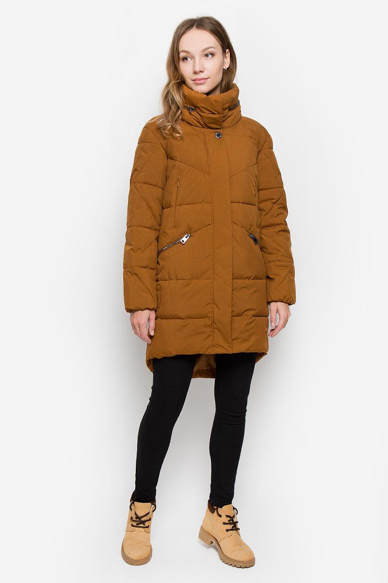 Пальто женское Finn Flare, цвет: коричневый. W16-170030_611. Размер L (48)W16-170030_611Женское пальто Finn Flare выполнено из ветрозащитного и водостойкого материала с утеплителем из полиэстера. Модель с воротником-стойкой и капюшоном застегивается на молнию с двумя ветрозащитными планками. Внешняя планка имеет застежки-кнопки. При необходимости капюшон можно сложить и зафиксировать в воротнике при помощи молнии. Воротник оснащен застежками-кнопками. С внутренней стороны рукава присборены на эластичные резинки. Спинка пальто слегка удлинена. Спереди расположены четыре прорезных кармана на молниях. Изделие украшено фирменной металлической пластиной.