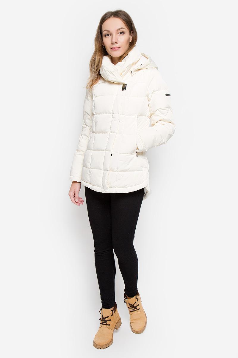 Куртка женская Finn Flare, цвет: молочный. W16-12006_711. Размер XL (50)W16-12006_711Женская куртка Finn Flare выполнена из полиэстера с утеплителем из пуха и пера. Модель с воротником-стойкой и съемным капюшоном застегивается на молнию с двумя ветрозащитными планками с застежками-кнопками. Капюшон, дополненный по краю эластичным шнурком со стопперами, пристегивается к куртке с помощью кнопок. На рукавах предусмотрены трикотажные манжеты. Спинка изделия удлинена, по бокам имеются разрезы с застежками-кнопками. Спереди расположены два прорезных кармана на молниях. Пуховик украшен фирменной металлической пластиной.