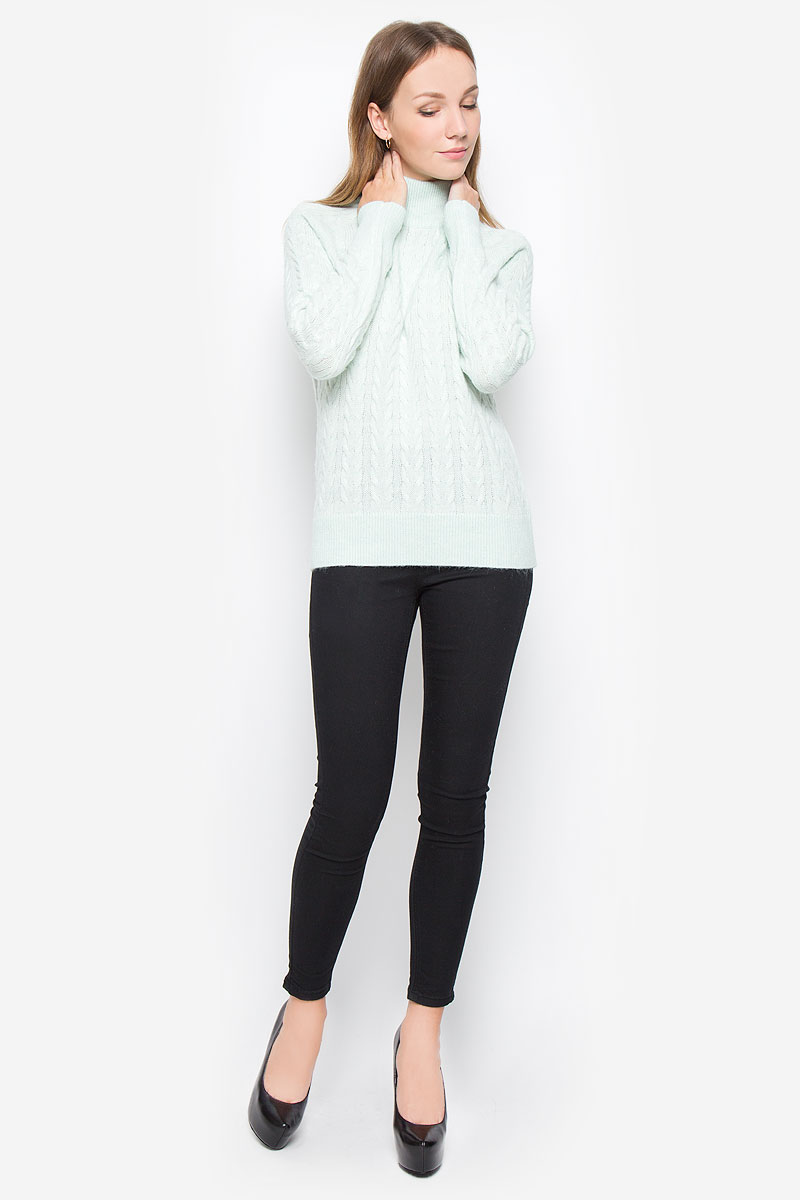 Свитер женский Baon, цвет: ментоловый. B136537. Размер S (44)B136537_ZephyrТеплый женский свитер Baon выполнен из мягкой пряжи. Модель с воротником-стойкой и длинными рукавами-реглан оформлена вязаным узором. Воротник, манжеты и низ изделия связаны резинкой.