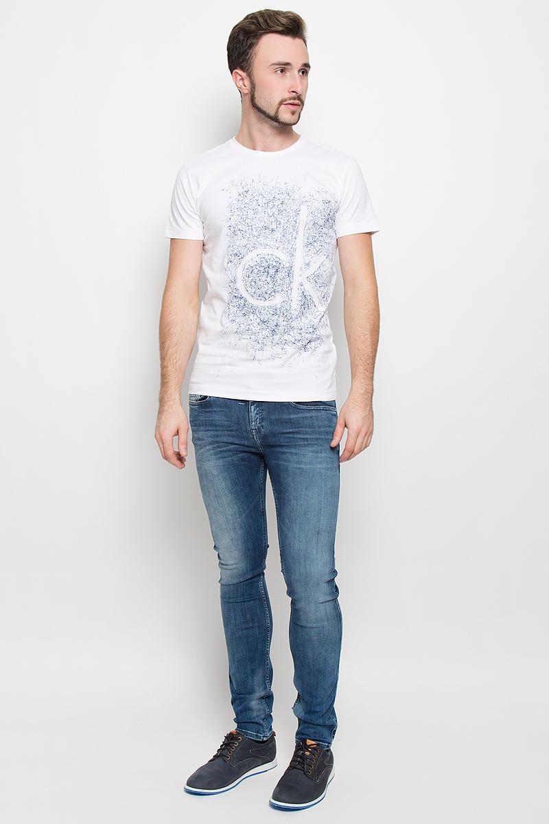 Футболка мужская Calvin Klein Jeans, цвет: белый. J30J300615. Размер L (48/50)№11Стильная мужская футболка Calvin Klein Jeans, выполненная из натурального хлопка с добавлением эластана, обладает высокой теплопроводностью, воздухопроницаемостью и гигроскопичностью.Модель с короткими рукавами и круглым вырезом горловины - идеальный вариант для создания модного современного образа. Футболка оформлена крупным контрастным принтом с логотипом Calvin Klein.