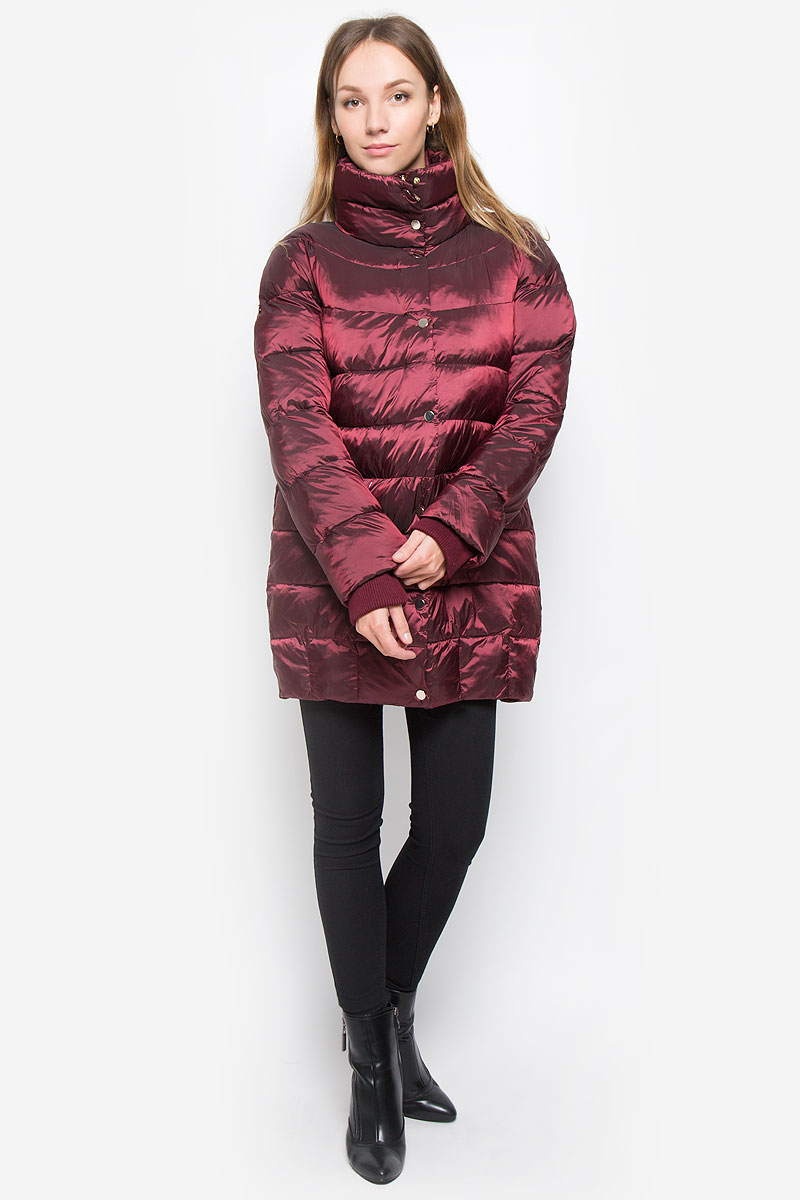 Куртка женская Baon, цвет: бордовый. B036560. Размер M (46)B036560_MerlotЖенская куртка Baon выполнена из водоотталкивающей и ветрозащитной ткани на гладкой подкладке. В качестве утеплителя используется полиэстер. Удлиненная модель с воротником-стойкой застегивается на пластиковую молнию с двумя ветрозащитными планками. Внешняя планка дополнена застежками-кнопками. На рукавах имеются трикотажные манжеты. Спереди расположены два прорезных кармана на молниях. Куртка украшена фирменной металлической пластиной.