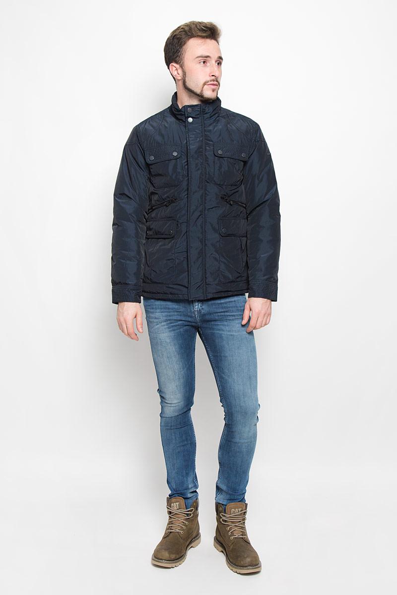 Куртка мужская Baon, цвет: темно-синий. B536521. Размер L (50)B536521_DEEP NAVYМужская куртка Baon с длинными рукавами и воротником-стойкой выполнена из прочного полиэстера. Наполнитель - синтепон. Куртка застегивается на застежку-молнию спереди и имеет ветрозащитный клапан на кнопках. Манжеты рукавов застегиваются на кнопки. Изделие оснащено четырьмя накладными карманами с клапанами на пуговицах и двумя втачными карманами на застежках-молниях спереди, а также внутренним втачным карманом на застежке-молнии и втачным карманом на пуговице. На спинке расположен короткий пояс на кнопках.