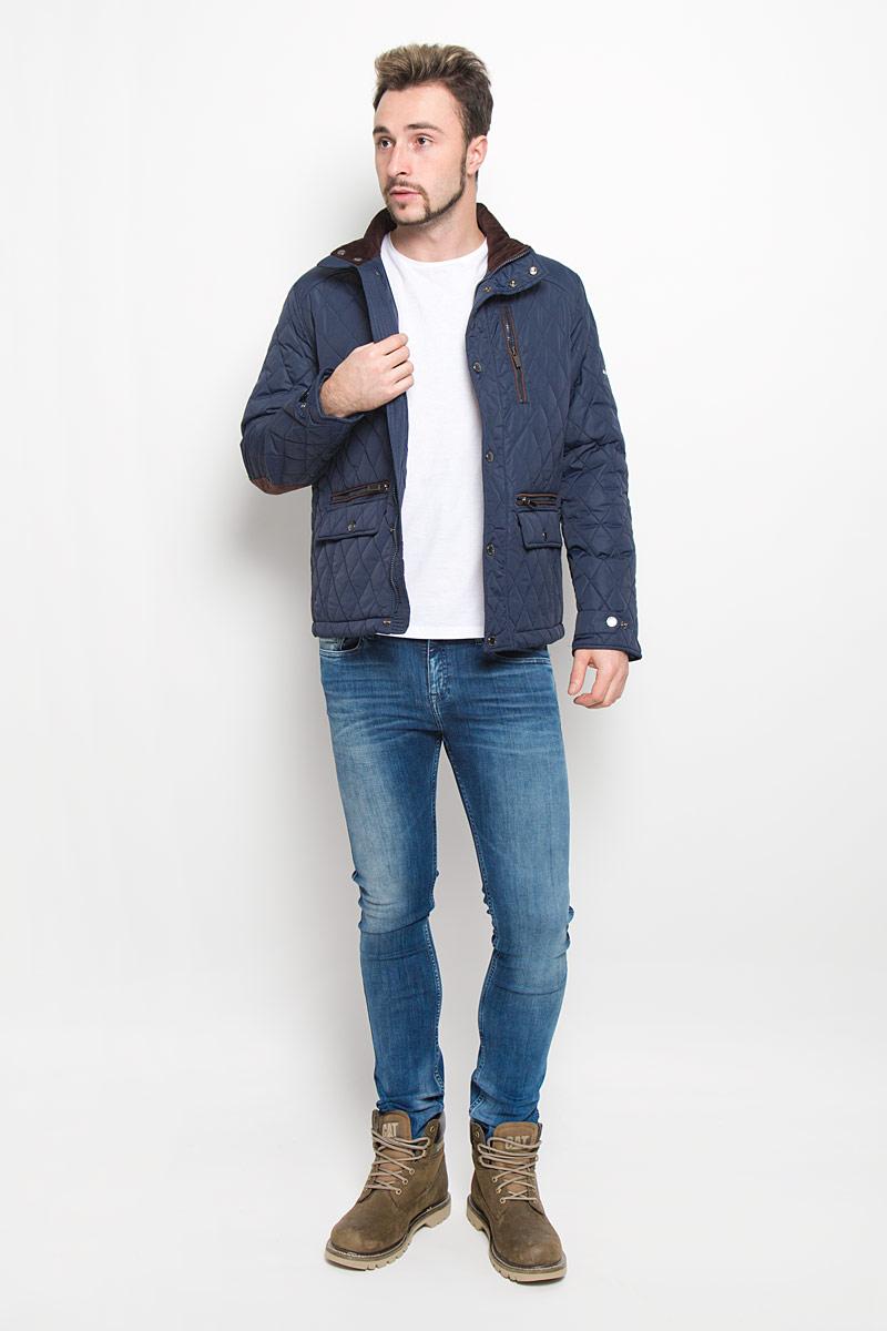 Куртка мужская Baon, цвет: темно-синий, темно-коричневый. B536514. Размер L (50)B536514_DEEP NAVYСтеганная мужская куртка Baon изготовлена из высококачественного полиамида. В качестве утеплителя используется полиэстер.Куртка с воротником-стойкой застегивается на застежку-молнию и дополнительно на ветрозащитный клапан с кнопками. Спереди имеются два прорезных кармана с застежками-молниями и два прорезных кармана с клапанами на кнопках, на груди - прорезной карман на застежке-молнии, с внутренней стороны - два прорезных кармана с застежками-молниями. Манжеты рукавов оснащены хлястиками на кнопках.