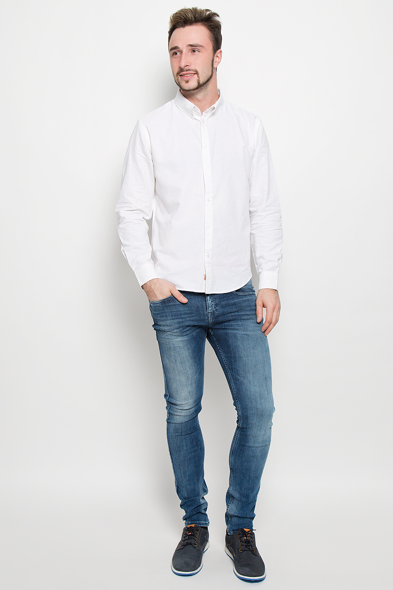 Рубашка мужская Baon, цвет: белый. B676526. Размер S (46)B676526_WHITEСтильная мужская рубашка Baon, выполненная из натурального хлопка, обладает высокой теплопроводностью, воздухопроницаемостью и гигроскопичностью, позволяет коже дышать, тем самым обеспечивая наибольший комфорт при носке даже самым жарким летом. Модель с длинными рукавами, отложным воротником и полукруглым низом застегивается на пуговицы. Манжеты также застегиваются на пуговицы. Внизу планки с пуговицами расположена скрытая нашивка с логотипом бренда.