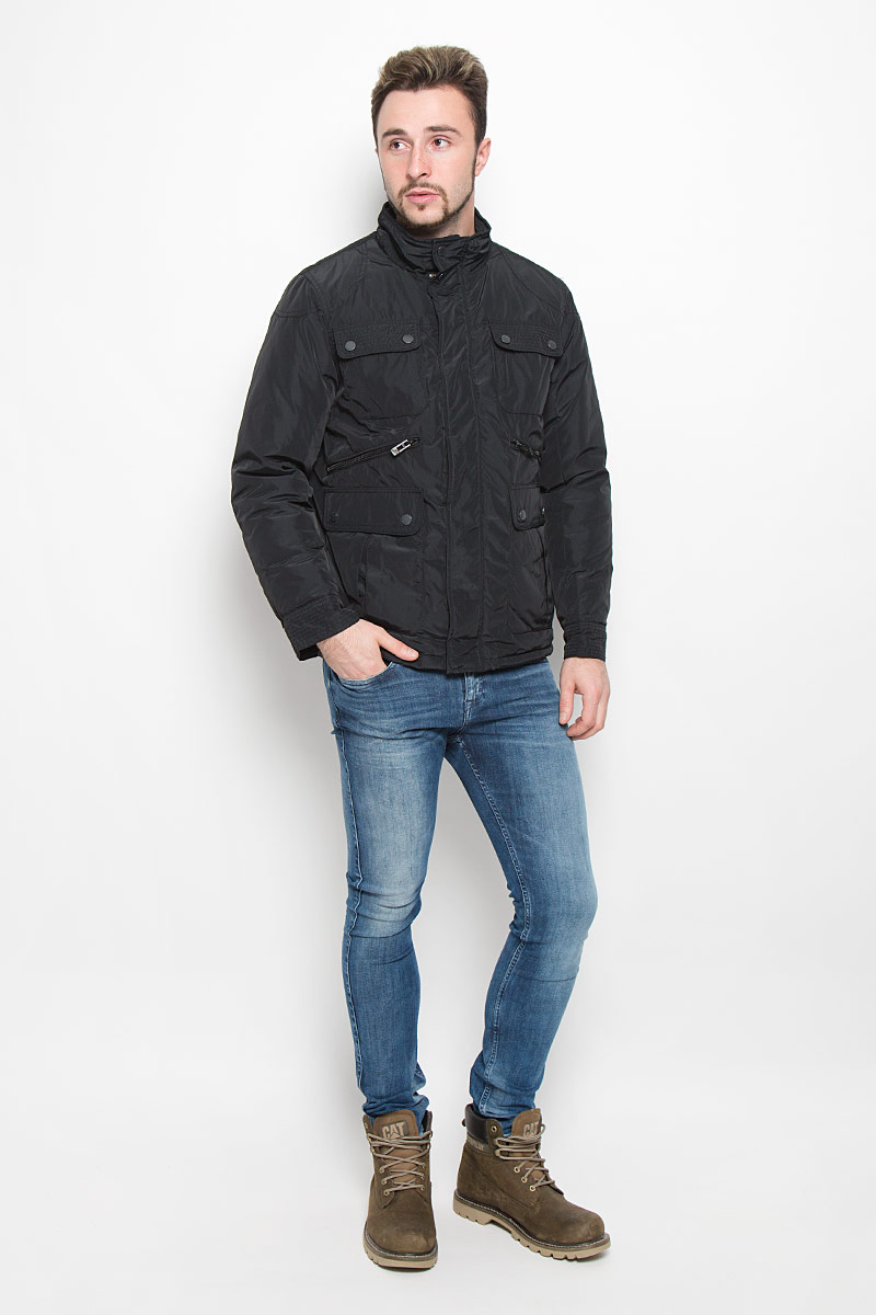 Куртка мужская Baon, цвет: черный. B536521. Размер XL (52)B536521_BLACKМужская куртка Baon с длинными рукавами и воротником-стойкой выполнена из прочного полиэстера. Наполнитель - синтепон. Куртка застегивается на застежку-молнию спереди и имеет ветрозащитный клапан на кнопках. Манжеты рукавов застегиваются на кнопки. Изделие оснащено четырьмя накладными карманами с клапанами на пуговицах и двумя втачными карманами на застежках-молниях спереди, а также внутренним втачным карманом на застежке-молнии и втачным карманом на пуговице. На спинке расположен короткий пояс на кнопках.