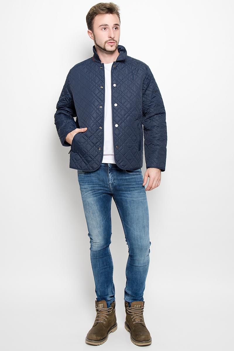 Куртка мужская Baon, цвет: темно-синий. B536513. Размер L (50)B536513_DEEP NAVYСтеганная мужская куртка Baon, выполненная из высококачественных материалов, обеспечит максимальный комфорт при различных погодных условиях. Изделие с отложным воротником и длинными рукавамизастегивается на металлические кнопки по всей длине. Спереди модель дополнена двумя втачными карманами на застежке-молнии. На внутренней стороне модель дополнена двумя втачными карманами на молнии. На спинке в нижней части модель имеет небольшой разрез с застежками-кнопками. Локти куртки дополнены усиленной тканью.