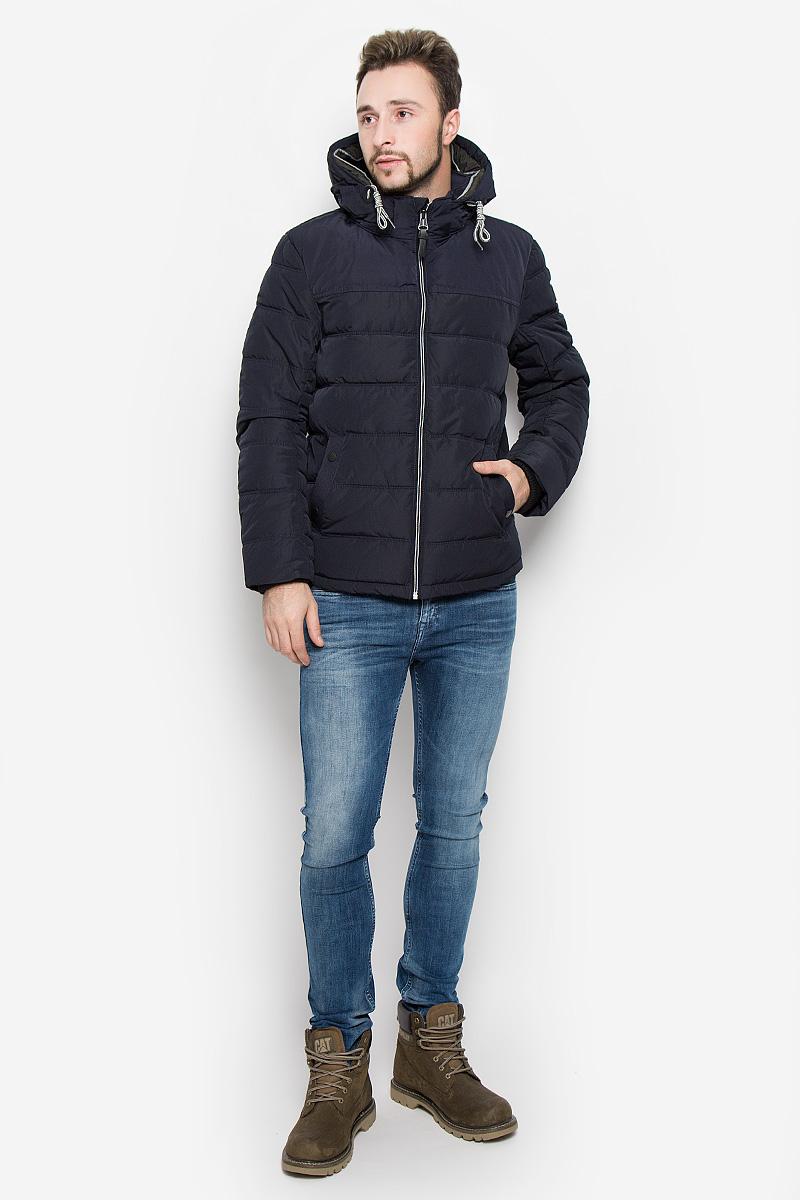 Куртка мужская Tom Tailor, цвет: темно-синий. 3532817.00.10_6800. Размер S (46)3532817.00.10_6800Мужская куртка Tom Tailor выполнена из полиэстера с подкладкой из синтепона.Модель с длинными рукавами, воротником-стойкой и съемным капюшоном на застежке-молнии застегивается на застежку-молнию спереди. Изделие дополнено двумя втачными карманами на кнопках спереди и внутренними накладным карманом на липучке. Рукава дополнены внутренними трикотажными манжетами. Объем капюшона регулируется при помощи шнурка-кулиски.