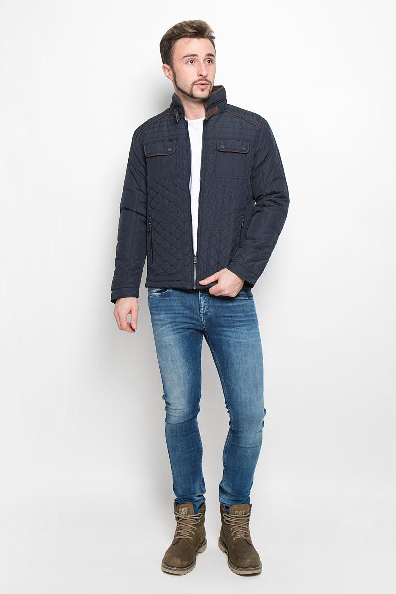 Куртка мужская Baon, цвет: темно-синий. B536534. Размер M (48)B536534_DEEP NAVYМодная мужская куртка Baon изготовлена из высококачественного полиэстера. В качестве утеплителя используется полиэстер.Куртка с воротником-стойкой застегивается на застежку-молнию. Воротник дополнен ремешком с металлической пряжкой. Спереди имеются два прорезных кармана с застежками-молниями, на груди - два накладных кармана с клапанами на кнопках, с внутренней стороны - прорезной открытый карман. Манжеты рукавов оснащены застежками-кнопками.