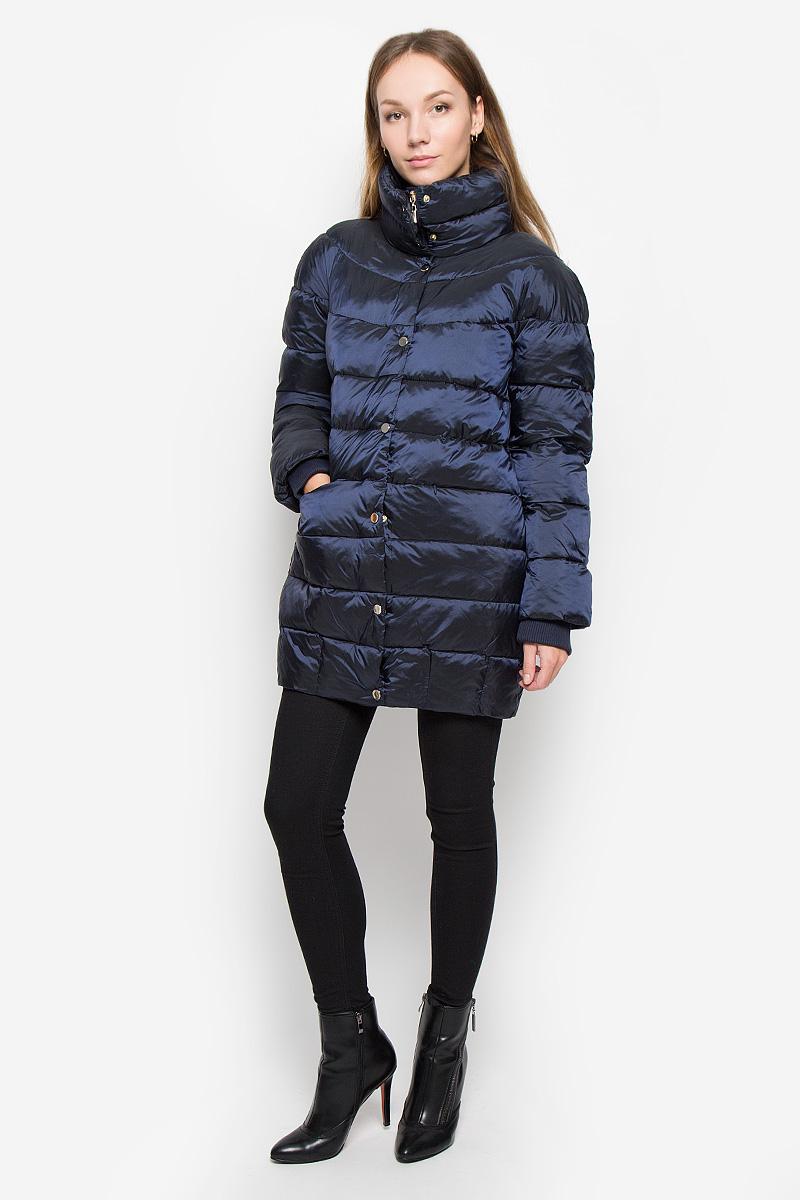 Куртка женская Baon, цвет: темно-синий. B036560. Размер M (46)B036560_Dark NavyЖенская куртка Baon выполнена из водоотталкивающей и ветрозащитной ткани на гладкой подкладке. В качестве утеплителя используется полиэстер. Удлиненная модель с воротником-стойкой застегивается на пластиковую молнию с двумя ветрозащитными планками. Внешняя планка дополнена застежками-кнопками. На рукавах имеются трикотажные манжеты. Спереди расположены два прорезных кармана на молниях. Куртка украшена фирменной металлической пластиной.