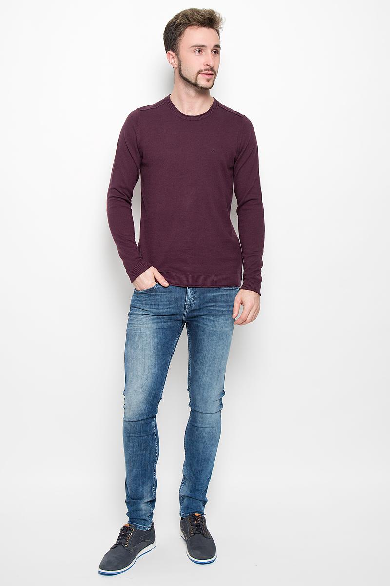 Джемпер мужской Calvin Klein Jeans, цвет: бордовый. J30J300657. Размер M (46/48)№001Мужской джемпер Calvin Klein Jeans, выполненный из высококачественной пряжи хлопка с добавлением кашемира, станет стильным дополнением к вашему образу. Джемпер с круглым вырезом горловины и длинными рукавами. Вырез горловины, манжеты и низ модели связаны резинкой с эффектом необработанного края. Оформлена модель в лаконичном однотонном стиле.