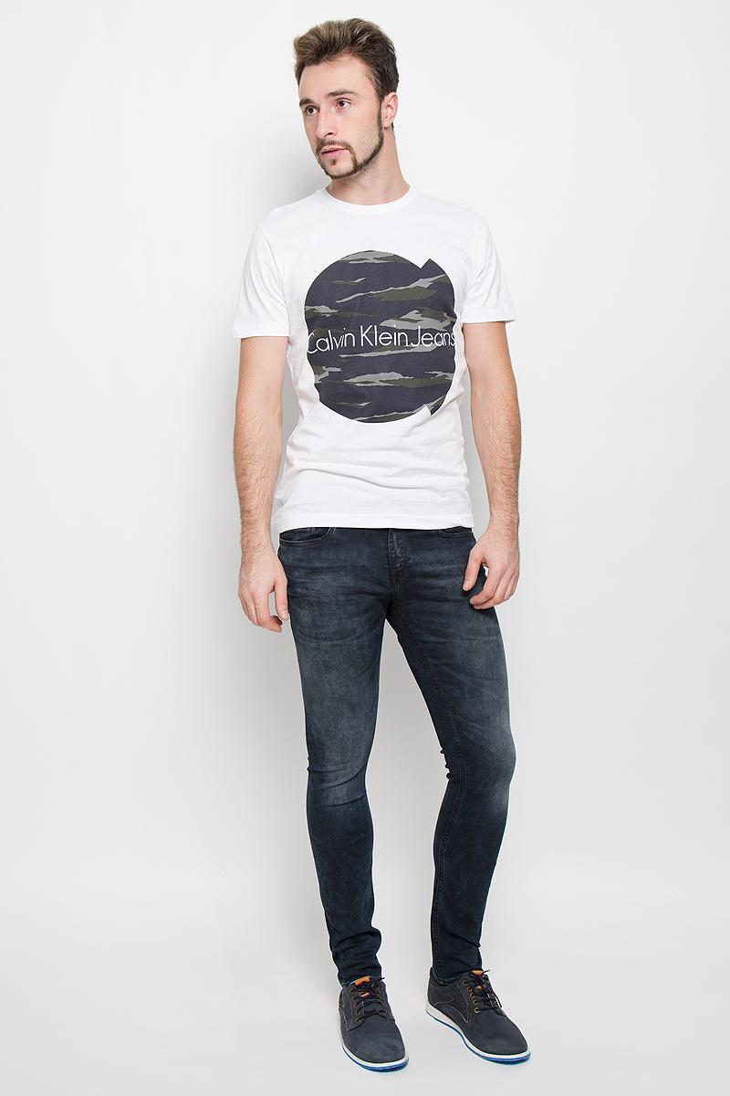 Футболка мужская Calvin Klein Jeans, цвет: белый. J30J300569. Размер XL (50/52)№11Стильная мужская футболка Calvin Klein Jeans, выполненная из натурального хлопка, обладает высокой теплопроводностью, воздухопроницаемостью и гигроскопичностью.Модель с короткими рукавами и круглым вырезом горловины - идеальный вариант для создания модного современного образа. Футболка оформлена крупным контрастным принтом с логотипом Calvin Klein.