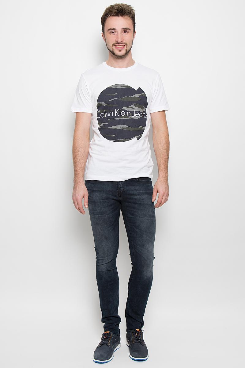 Джинсы мужские Calvin Klein Jeans, цвет: серо-синий деним. J30J300678. Размер 33 (48-50)919Модные мужские джинсы Calvin Klein выполнены из высококачественного эластичного хлопка с добавлением эластана и полиэстера, что обеспечивает комфорт и удобство при носке. Джинсы модели-скинни имеют стандартную посадку и станут отличным дополнением к вашему современному образу. Модель застегивается на пуговицу в поясе и ширинку на застежке-молнии, дополнены шлевками для ремня. Джинсы имеют классический пятикарманный крой: спереди модель дополнена двумя втачными карманами и одним маленьким накладным кармашком, а сзади - двумя накладными карманами. Модель оформлена перманентными складками и эффектом потертости.
