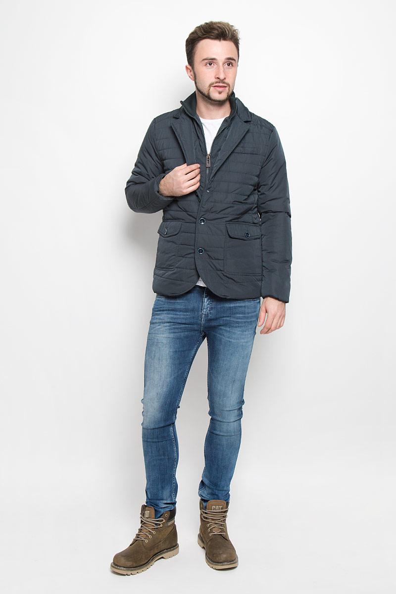 Куртка мужская Baon, цвет: темно-зеленый. B536535. Размер XXL (54/56)B536535_ASPHALTМужская куртка Baon с длинными рукавами и воротником с лацканами выполнена из прочного полиэстера. Наполнитель - синтепон. Куртка имеет съемную вставку на молнии, имитирующую внутреннюю жилетку с воротником-стойкой и застежкой-молнией. Куртка застегивается на пуговицы спереди. Рукава дополнены внутренними манжетами. Изделие оснащено двумя накладными карманами с клапанами на пуговицах спереди.
