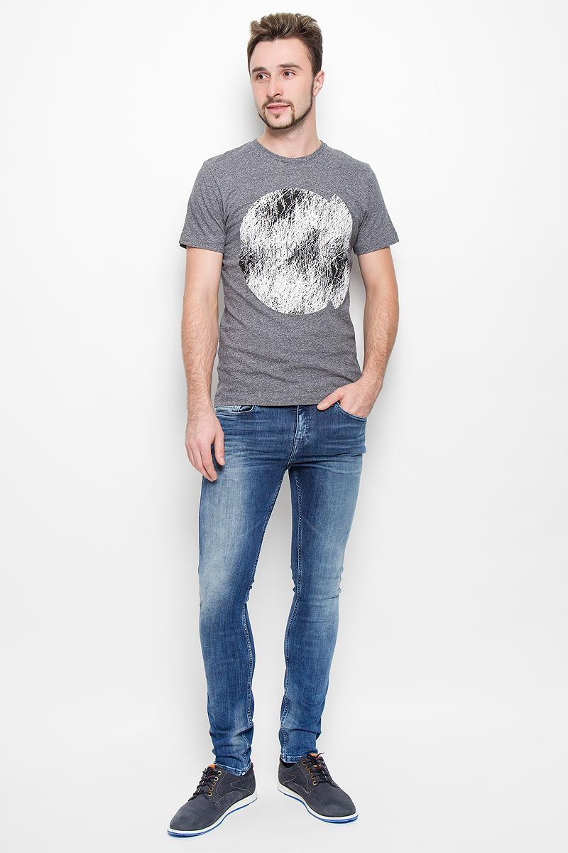 Джинсы мужские Calvin Klein Jeans, цвет: синий джинс. J30J301455. Размер 34 (52/54)№001Модные мужские джинсы Calvin Klein выполнены из высококачественного эластичного хлопка с добавлением эластана и полиэстера, что обеспечивает комфорт и удобство при носке. Джинсы модели-скинни имеют стандартную посадку и станут отличным дополнением к вашему современному образу. Модель застегивается на пуговицу в поясе и ширинку на застежке-молнии, дополнены шлевками для ремня. Джинсы имеют классический пятикарманный крой: спереди модель дополнена двумя втачными карманами и одним маленьким накладным кармашком, а сзади - двумя накладными карманами. Модель оформлена перманентными складками и эффектом потертости.