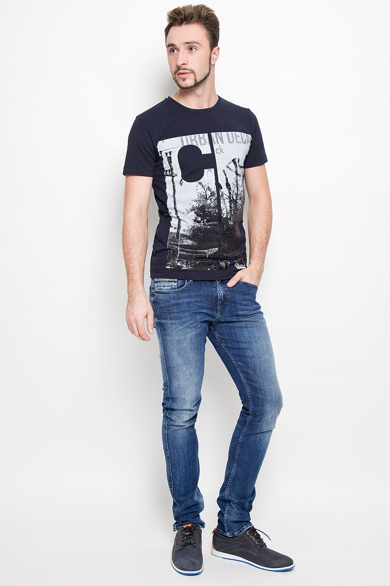 Джинсы мужские Calvin Klein Jeans, цвет: синий джинс. J30J300913. Размер 33 (50/52)1588Модные мужские джинсы Calvin Klein выполнены из высококачественного хлопка с добавлением эластана и полиэстера, что обеспечивает комфорт и удобство при носке. Джинсы модели-слим имеют стандартную посадку и станут отличным дополнением к вашему современному образу. Модель застегивается на пуговицу в поясе и ширинку на застежке-молнии, дополнены шлевками для ремня. Джинсы имеют классический пятикарманный крой: спереди модель дополнена двумя втачными карманами и одним маленьким накладным кармашком, а сзади - двумя накладными карманами. Модель оформлена перманентными складками и эффектом потертости.