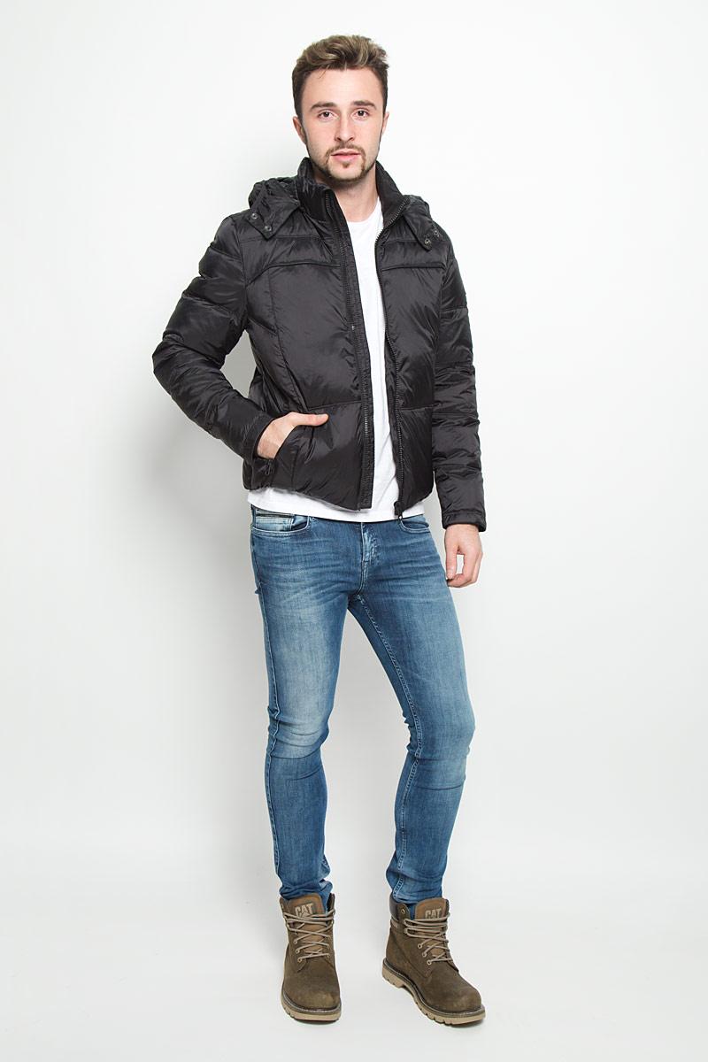Куртка мужская Calvin Klein Jeans, цвет: черный. J30J300665_099. Размер M (46/48)№11Стильная мужская куртка Calvin Klein Jeans изготовлена из высококачественного нейлона с подкладкой из полиэстера. В качестве наполнителя капюшона используется полиэстер, основной части куртки - пух с добавлением пера.Куртка с воротником-стойкой и съемным капюшоном застегивается на застежку-молнию. Капюшон пристегивается к куртке с помощью застежки-молнии. Спереди имеются два прорезных кармана, с внутренней стороны - прорезной карман. Спереди капюшон оформлен эластичной окантовкой и застегивается на металлические кнопки. Манжеты рукавов дополнены трикотажными напульсниками. Нижняя часть модели с внутренней стороны присборена на эластичные резинки.