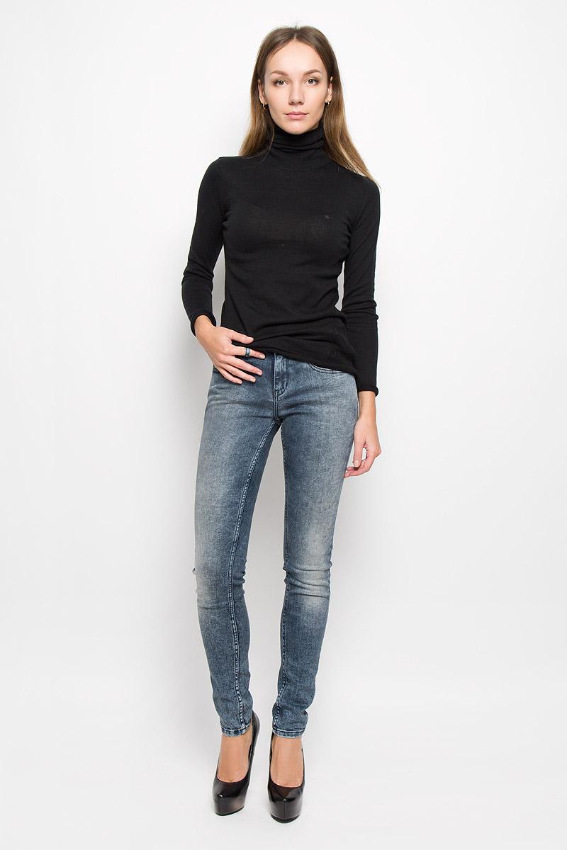 Джинсы женские Calvin Klein Jeans, цвет: синий. J20J200631. Размер 27 (42/44)SKU0717POЖенские джинсы Calvin Klein Jeans выполнены из эластичного хлопка. Модель-скинни застегивается спереди на пуговицу и имеет ширинку с застежкой-молнией. Спереди изделие дополнено двумя втачными карманами и одним маленьким накладным, сзади - двумя накладными карманами. Джинсы оформлены эффектом потертости.