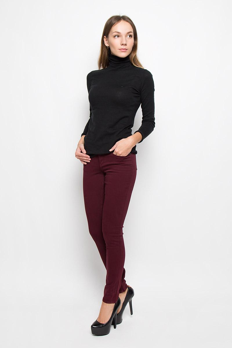 Брюки женские Calvin Klein Jeans, цвет: бордовый. J20J200630. Размер 29 (44/46)W16-12014_300Женские брюки Calvin Klein Jeans выполнены из плотного эластичного материала. Модель-скинни застегивается спереди на пуговицу и имеет ширинку с застежкой-молнией. Предусмотрены шлевки для ремня. Спереди изделие дополнено двумя втачными карманами и одним маленьким накладным, сзади - двумя накладными карманами.