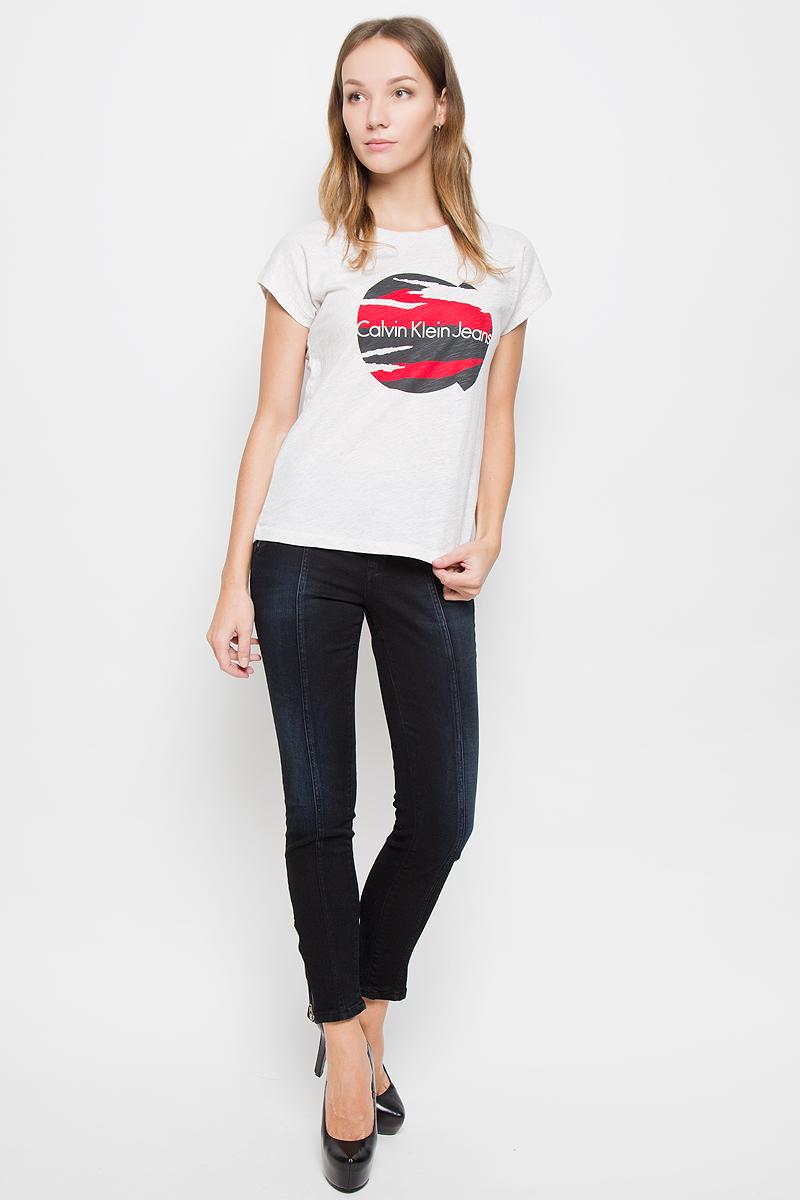Джинсы женские Calvin Klein Jeans, цвет: темно-синий, черный. J20J200963. Размер 27 (42/44)J20J200630_965Женские джинсы Calvin Klein Jeans выполнены из эластичного хлопка. Укороченная модель-скинни застегивается спереди на пуговицу и ширинку на молнии. Предусмотрены шлевки для ремня. На брючинах снизу имеются застежки-молнии. Изделие дополнено декоративными карманами. Джинсы оформлены легким эффектом потертости.
