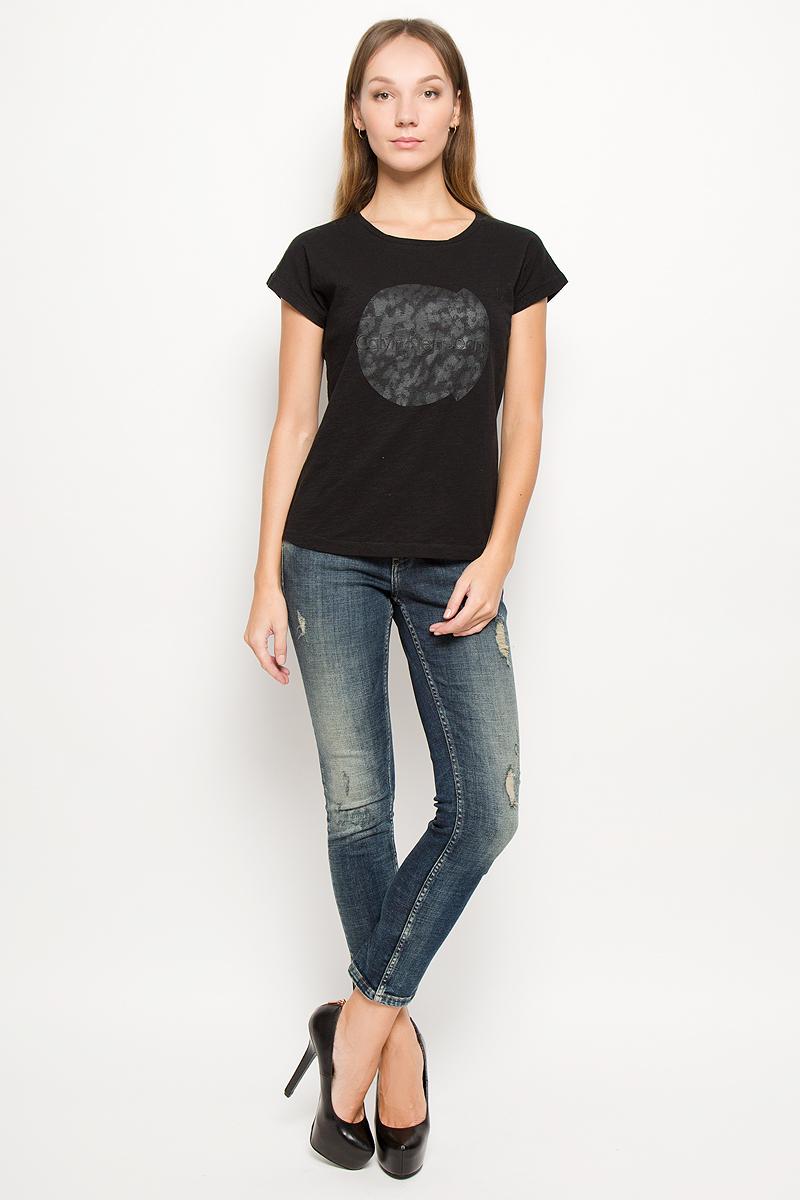 Футболка женская Calvin Klein Jeans, цвет: черный. J20J200735. Размер S (42)J20J200793_099Женская футболка Calvin Klein Jeans изготовлена из натурального хлопка. Футболка с круглым вырезом горловины и короткими рукавами оформлена термоаппликацией с надписью. Спинка модели удлинена.