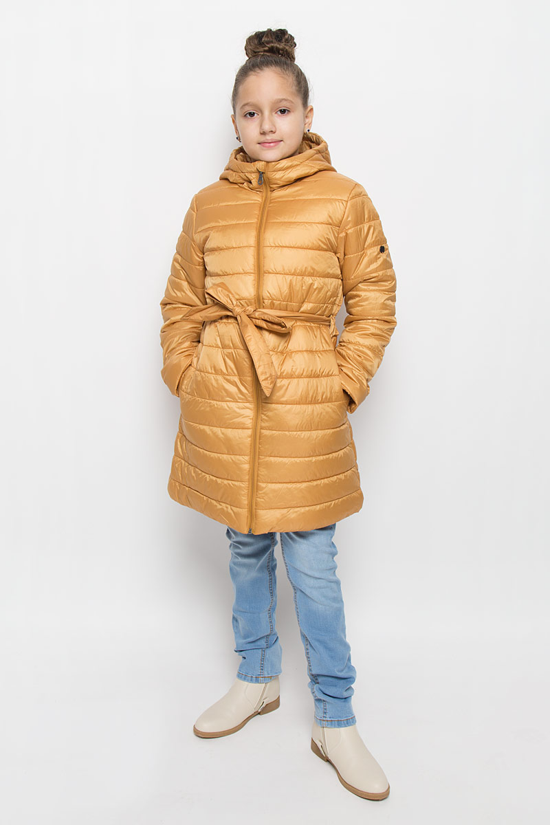 Пальто для девочки Button Blue, цвет: горчичный. 216BBGC45011700. Размер 116, 6 лет216BBGC45011700Легкое стеганое пальто для девочки Button Blue выполнено из полиэстера на комбинированной подкладке из хлопка и полиэстера. В качестве утеплителя используется полиэстер. Модель с несъемным капюшоном застегивается на молнию с защитой подбородка и внутренней ветрозащитной планкой. Капюшон снабжен по краю эластичным шнурком со стопперами. Пальто имеет приталенный силуэт, дополнительно подчеркнутый поясом на шлевках. Изделие дополнено двумя прорезными карманами. Украшено пальто фирменной пластиной.