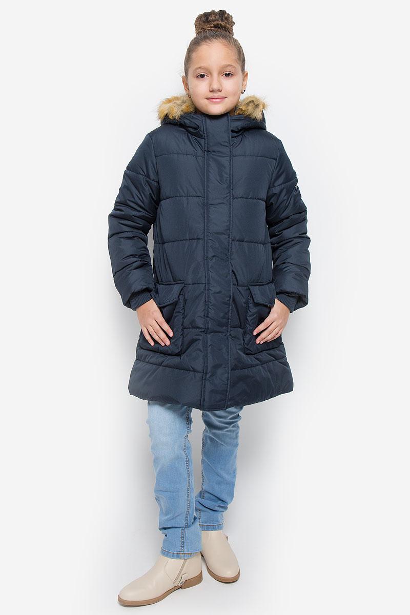 Пальто для девочки Button Blue, цвет: темно-синий. 216BBGC45021000. Размер 116, 6 лет216BBGC45021000Пальто для девочки Button Blue c несъемным капюшоном и длинными рукавами выполнено из прочного полиэстера.Внутри расположена вставка из мягкого флиса. Наполнитель - искусственный пух. Капюшон украшен съемным искусственныммехом на застежке-молнии.Модель застегивается на застежку-молнию спереди и имеет ветрозащитный клапан на кнопках. Объем капюшонарегулируется при помощи шнурка-кулиски со стопперами. Изделие дополнено двумя накладными карманами склапанами на кнопках. Рукава оснащены внутренними трикотажными манжетами. Низ куртки оснащен шнурком-кулиской со стопперами. Пальто оформлено стеганым узором.