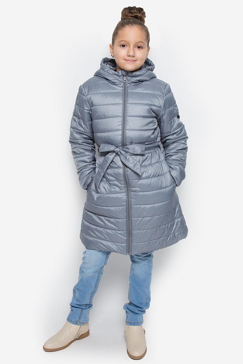 Пальто для девочки Button Blue, цвет: серый. 216BBGC45010100. Размер 116, 6 лет216BBGC45010100Легкое стеганое пальто для девочки Button Blue выполнено из полиэстера на комбинированной подкладке из хлопка и полиэстера. В качестве утеплителя используется полиэстер. Модель с несъемным капюшоном застегивается на молнию с защитой подбородка и внутренней ветрозащитной планкой. Капюшон снабжен по краю эластичным шнурком со стопперами. Пальто имеет приталенный силуэт, дополнительно подчеркнутый поясом на шлевках. Изделие дополнено двумя прорезными карманами. Украшено пальто фирменной пластиной.