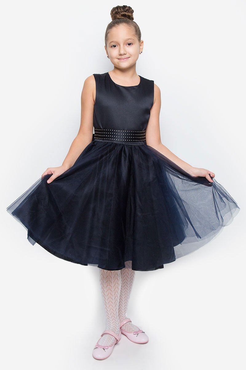 Платье для девочки Button Blue, цвет: темно-синий. 216BBGP25011000. Размер 104, 4 года216BBGP25011000Красивое платье для девочки Button Blue изготовлено из полиэстера на подкладке из натурального хлопка. Платье с круглым вырезом горловины застегивается сзади на скрытую молнию. Верхняя часть объемной юбки выполнена из мягкой микросетки. В талии модель дополнена широким поясом, декорированным стразами. Платье идеально подойдет для праздничных мероприятий. В нем каждая девочка почувствует себя настоящей принцессой!