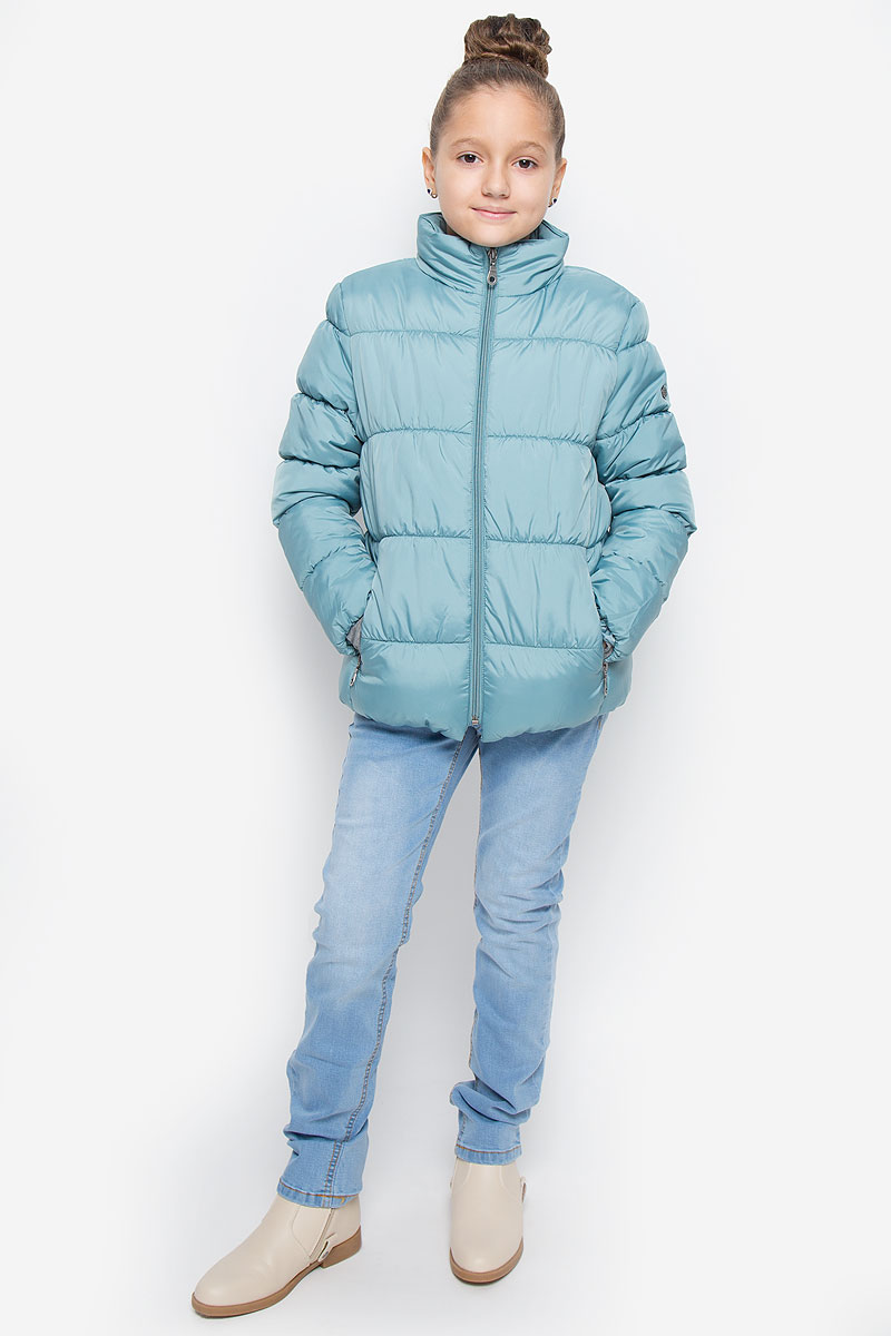 Куртка для девочки Button Blue, цвет: бледно-бирюзовый. 216BBGC41011300. Размер 128, 8 лет216BBGC41011300Куртка для девочки Button Blue c воротником-стойкой и длинными рукавами выполнена из прочного полиэстера. Подкладка - мягкий флис. Наполнитель - искусственный пух. Модель застегивается спереди на застежку-молнию и дополнено внутренней ветрозащитной планкой. Изделие имеет два втачных кармана на застежках-молниях спереди. Низ куртки дополнен эластичной резинкой. Рукава оснащены эластичными резинками на манжетах. Куртка оформлена стеганым узором.