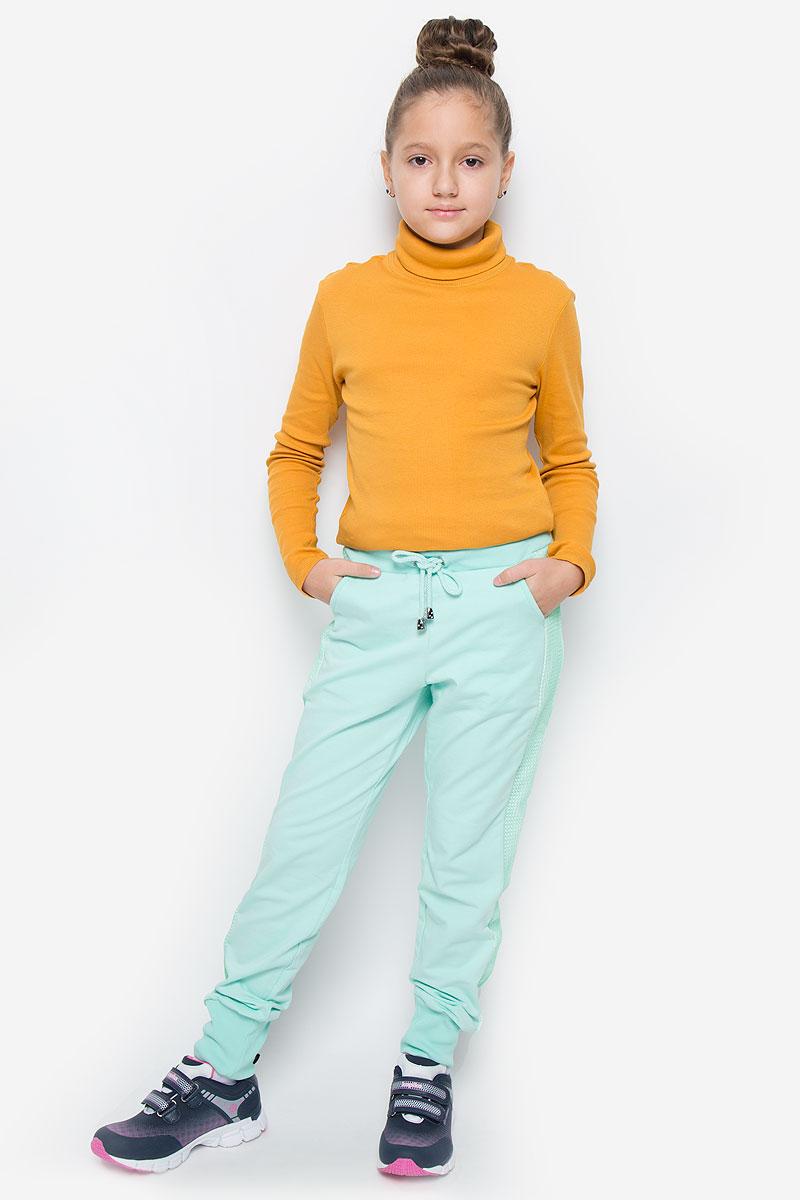 Брюки спортивные для девочки Silver Spoon Casual, цвет: ментоловый. SCFSG-628-26002-609 мод.F2-001. Размер 140, 10 летSCFSG-628-26002-609 мод.F2-001Спортивные брюки для девочки Silver Spoon Casual изготовлены из эластичного хлопка. Изнаночная сторона изделия с маленькими петельками. Модель имеет на поясе широкую эластичную резинку, которая дополнительно регулируется шнурком. Низ брючин дополнен трикотажными манжетами. Брюки оснащены двумя втачными карманами спереди и двумя накладными кармашками сзади. Изделие оформлено декоративными вставками из сетки по бокам.