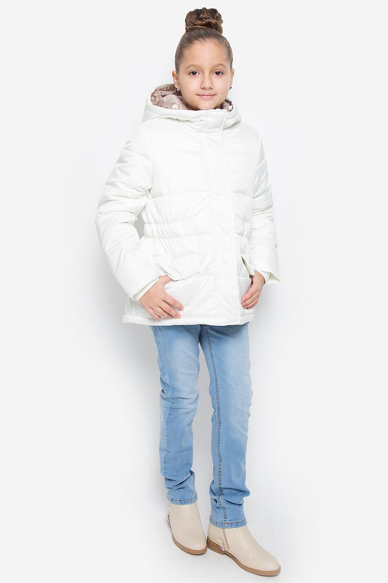 Куртка для девочки Button Blue, цвет: белый. 216BBGC41021400. Размер 140, 10 лет216BBGC41021400Куртка для девочки Button Blue c несъемным капюшоном и длинными рукавами выполнена из прочного полиэстера. Подкладка - мягкий флис. Наполнитель - искусственный пух. Модель застегивается на застежку-молнию спереди и имеет ветрозащитный клапан на кнопках. Объем капюшона регулируется при помощи шнурка-кулиски со стопперами. Изделие дополнено двумя втачными кармашками с клапанами на кнопках. Рукава оснащены внутренними трикотажными манжетами. Куртка оформлена стеганым узором.