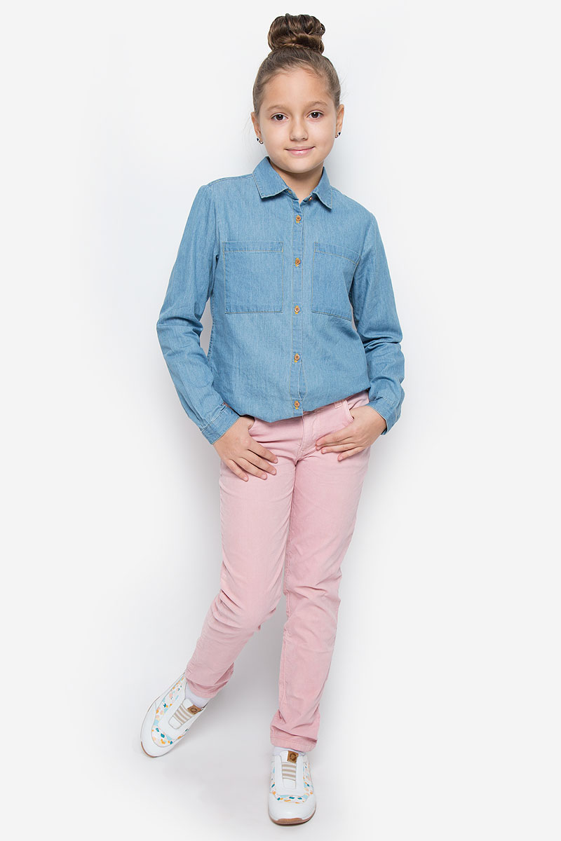 Брюки для девочки Button Blue, цвет: розовый. 216BBGC63021200. Размер 116, 6 лет216BBGC63021200Стильные брюки Button Blue станут отличным дополнением к гардеробу вашей девочки. Изготовленные из хлопка с добавлением эластана, они необычайно мягкие и приятные на ощупь, не сковывают движения и позволяют коже дышать, не раздражают даже самую нежную и чувствительную кожу ребенка, обеспечивая наибольший комфорт. Брюки прямого кроя застегиваются на пуговицу в поясе и ширинку на застежке-молнии. С внутренней стороны в поясе предусмотрена регулируемая эластичная резинка, позволяющая подогнать модель по фигуре. Модель дополнена спереди двумя втачными карманами и маленьким накладным кармашком, сзади - двумя накладными карманами. На поясе предусмотрены шлевки для ремня. Классический дизайн и расцветка делают эти брюки стильным предметом детского гардероба. В них ваша девочка всегда будет в центре внимания!