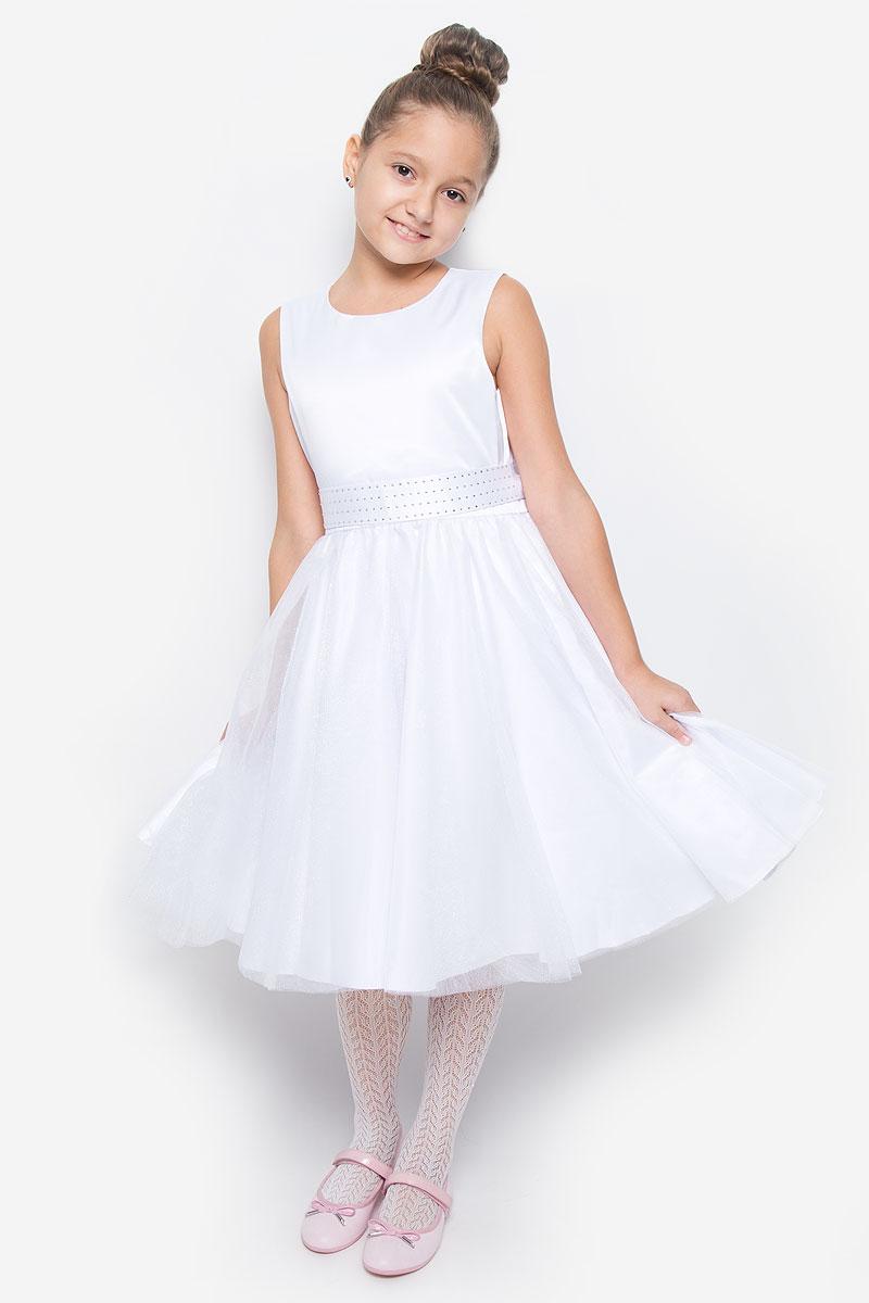 Платье для девочки Button Blue, цвет: белый. 216BBGP25010200. Размер 110, 5 лет216BBGP25010200Красивое платье для девочки Button Blue изготовлено из полиэстера на подкладке из натурального хлопка. Платье с круглым вырезом горловины застегивается сзади на скрытую молнию. Верхняя часть объемной юбки выполнена из мягкой микросетки. В талии модель дополнена широким поясом, декорированным стразами. Платье идеально подойдет для праздничных мероприятий. В нем каждая девочка почувствует себя настоящей принцессой!