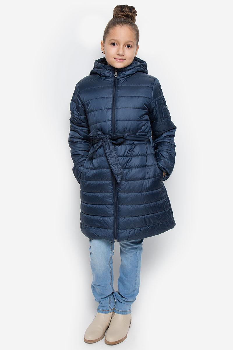 Пальто для девочки Button Blue, цвет: темно-синий. 216BBGC45011000. Размер 98, 3 года216BBGC45011000Легкое стеганое пальто для девочки Button Blue выполнено из полиэстера на комбинированной подкладке из хлопка и полиэстера. В качестве утеплителя используется полиэстер. Модель с несъемным капюшоном застегивается на молнию с защитой подбородка и внутренней ветрозащитной планкой. Капюшон снабжен по краю эластичным шнурком со стопперами. Пальто имеет приталенный силуэт, дополнительно подчеркнутый поясом на шлевках. Изделие дополнено двумя прорезными карманами. Украшено пальто фирменной пластиной.