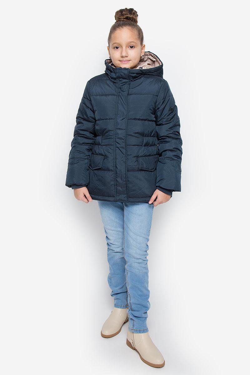Куртка для девочки Button Blue, цвет: темно-синий. 216BBGC41021000. Размер 146, 11 лет216BBGC41021000Куртка для девочки Button Blue c несъемным капюшоном и длинными рукавами выполнена из прочного полиэстера. Подкладка - мягкий флис. Наполнитель - искусственный пух. Модель застегивается на застежку-молнию спереди и имеет ветрозащитный клапан на кнопках. Объем капюшона регулируется при помощи шнурка-кулиски со стопперами. Изделие дополнено двумя втачными кармашками с клапанами на кнопках. Рукава оснащены внутренними трикотажными манжетами. Куртка оформлена стеганым узором.
