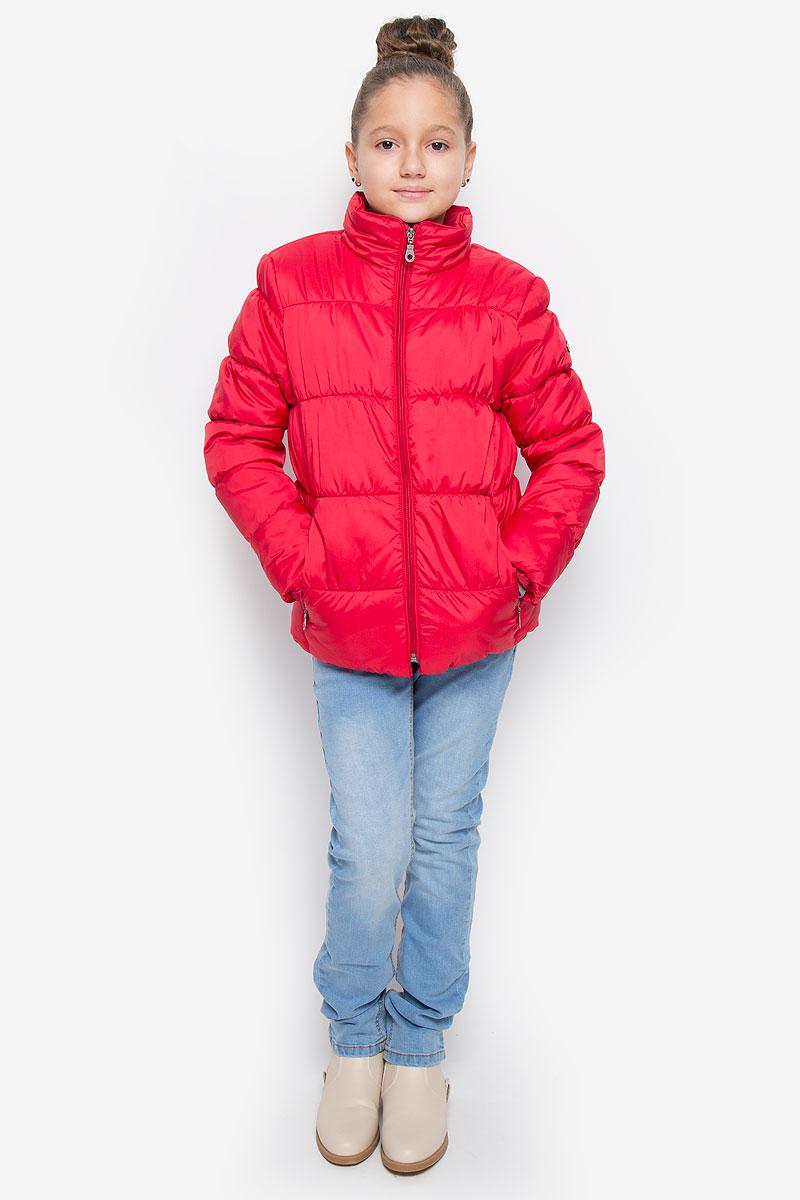 Куртка для девочки Button Blue, цвет: красный. 216BBGC41011600. Размер 128, 8 лет216BBGC41011600Куртка для девочки Button Blue c воротником-стойкой и длинными рукавами выполнена из прочного полиэстера. Подкладка - мягкий флис. Наполнитель - искусственный пух. Модель застегивается спереди на застежку-молнию и дополнено внутренней ветрозащитной планкой. Изделие имеет два втачных кармана на застежках-молниях спереди. Низ куртки дополнен эластичной резинкой. Рукава оснащены эластичными резинками на манжетах. Куртка оформлена стеганым узором.