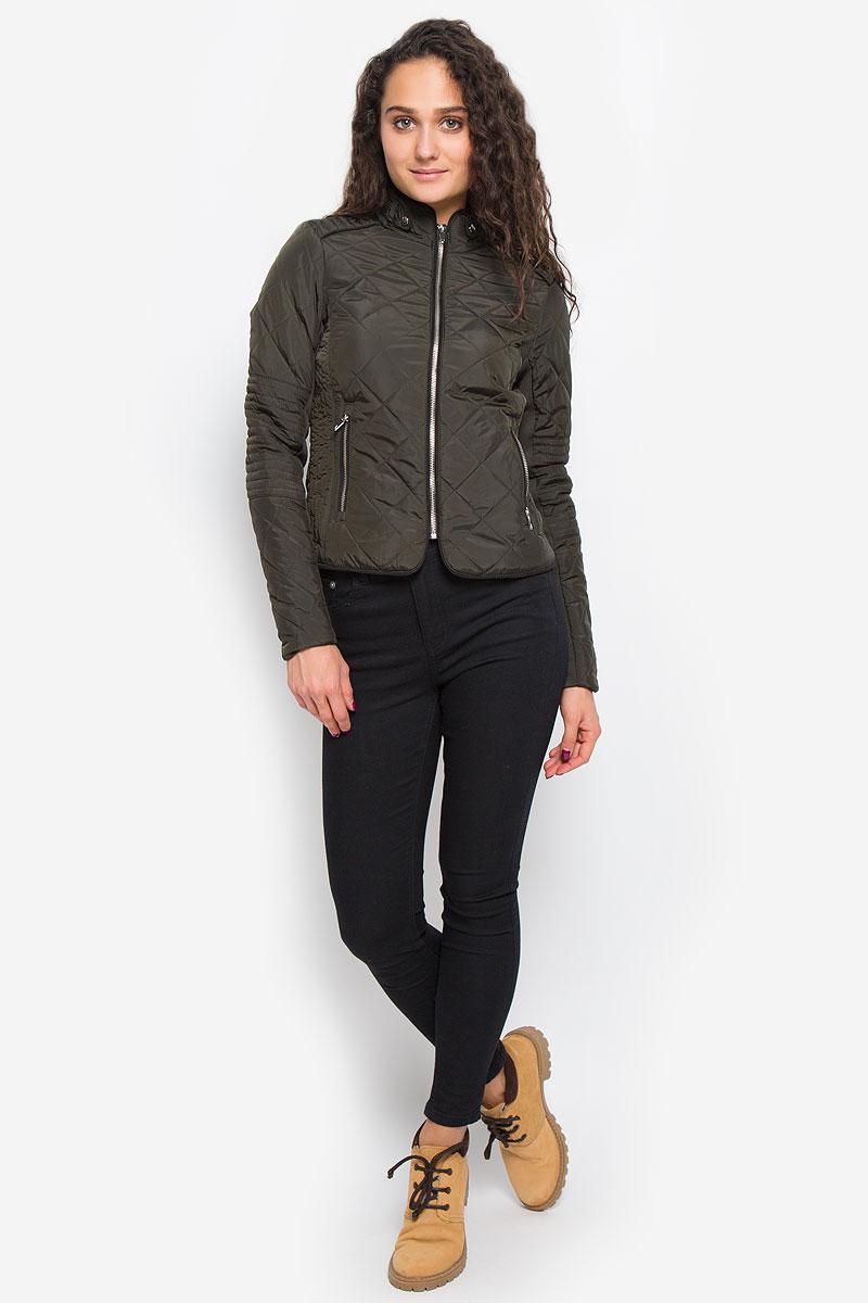 Куртка женская Vero Moda, цвет: темно-оливковый. 10159766. Размер S (42)10159766_PeatСтильная женская куртка Vero Moda выполнена из 100% полиэстера. Такая модель отлично подойдет для прохладной погоды.Куртка с воротником-стойкой и длинными рукавами застегивается на металлическую застежку-молнию. Спереди модель дополнена двумя прорезными карманами на молниях. Воротник украшен шлевками и хлястиками на застежках-кнопках. Куртка оформлена стеганным принтом и по рукаву дополнена эластичной трикотажной резинкой. Очень комфортная и стильная куртка будет прекрасным выбором для повседневной носки и подчеркнет вашу индивидуальность.