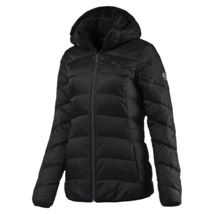 Куртка женская Puma ESS Hooded Down Jacket, цвет: черный. 83866801. Размер M (46)838668_01Стильная и теплая куртка ESS Hooded Down Jacket W. Модель декорирована логотипом PUMA, нанесенным методом глянцевой печати, а также силиконовой эмблемой PUMA. Среди других отличительных особенностей модели - съемный капюшон, прикрепляемой скрытой застежкой-молнией, капюшон и воротник с подкладкой из флиса, подбой манжет и подола эластичным материалом, ветрозащитный клапан и наращённый спереди ворот, надежно закрывающий шею и подбородок, боковые карманы на молнии с односторонней подкладкой из флиса, петля для вешалки, внутренний карман для электронных устройств с клапаном, висячий ярлык с указанием состава наполнителя.