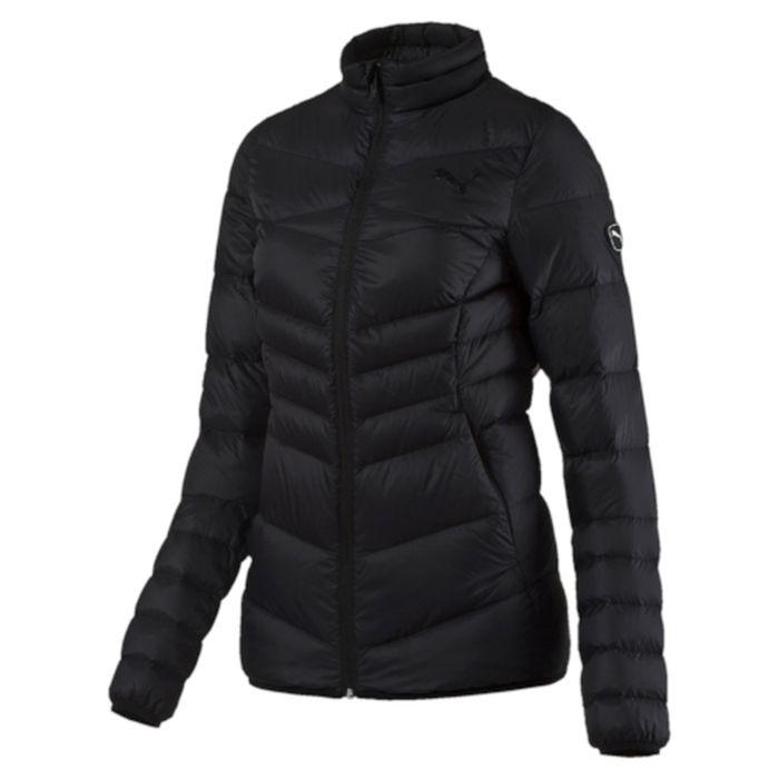 Куртка женская Puma Active 600 Packlite Down, цвет: черный. 83867201. Размер L (48)838672_01Куртка создана для любительниц активного образа жизни, которые не привыкли тратить время впустую. Одежда линии ACTIVE создана для повседневной носки и отличается привлекательным дизайном, при этом элементы конструкции, унаследованные от моделей для активного отдыха, делают этот жилет абсолютно функциональным. Модель украшена графическим набивным рисунком, нанесенным методом сублимационной печати (цветовой вариант 51), логотипом PUMA, нанесенным методом глянцевой печати, а также силиконовой эмблемой PUMA. Она изготовлена по технологии warmCELL, обеспечивающей отличное сохранение тепла и способствующей естественной терморегуляции. Среди других отличительных особенностей модели - ветрозащитный клапан и наращённый спереди ворот, надежно закрывающий шею и подбородок, боковые карманы на молнии, подбой манжет и подола эластичным материалом, петля для вешалки, светоотражающая вставка сзади в пройме с обозначением использования материала Keep Heat, висячий ярлык с указанием состава наполнителя (упругость пуха 600, соотношение пух/перо 90/10, что является показателем наполнителя экстра-класса). Фасон в обтяжку по фигуре. Куртка изготовлена из сверхлегкого материала, складывается и убирается в левый боковой карман, который снабжен застежкой-молнией и петлей для переноски.