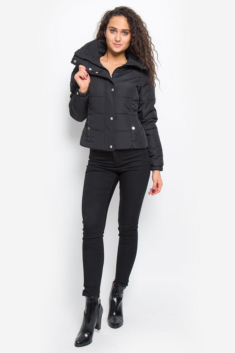 Куртка женская Vero Moda, цвет: черный. 10157838. Размер L (46)10157838_BlackСтильная женская куртка Vero Moda выполнена из 100% полиэстера. Подкладка и наполнитель тоже выполнены из полиэстера. Такая модель отлично подойдет для прохладной погоды.Куртка с воротником-стойкой и длинными рукавами застегивается на застежку-молнию, которая прикрыта ветрозащитной планкой на кнопках. Спереди модель дополнена двумя прорезными карманами с клапанами на кнопках. Манжеты рукавов на резинках и оформлены декоративными кнопками. Очень комфортная и стильная куртка будет прекрасным выбором для повседневной носки и подчеркнет вашу индивидуальность.