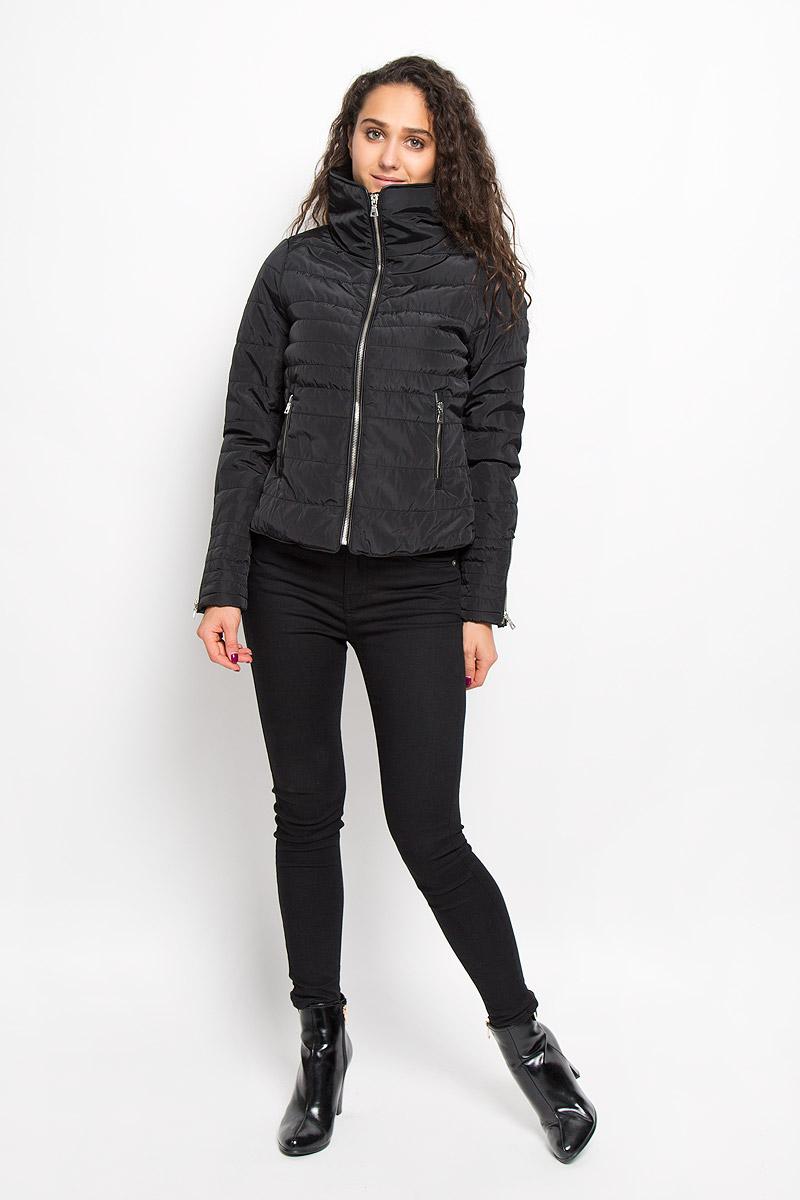 Куртка женская Vero Moda, цвет: черный. 10159737. Размер L (46)10159737_BlackЖенская куртка Vero Moda изготовлена полиэстера. Укороченная модель с воротником-стойкой застегивается на молнию с внутренней ветрозащитной планкой. Изделие имеет слегка приталенный силуэт. Рукава дополнены застежками-молниями. Спереди расположены два прорезных кармана на молниях. Куртка оформлена кожаными вставками.